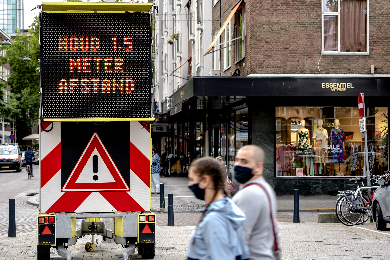 Een foto van een waarschuwingsbord om anderhalve meter afstand te houden
