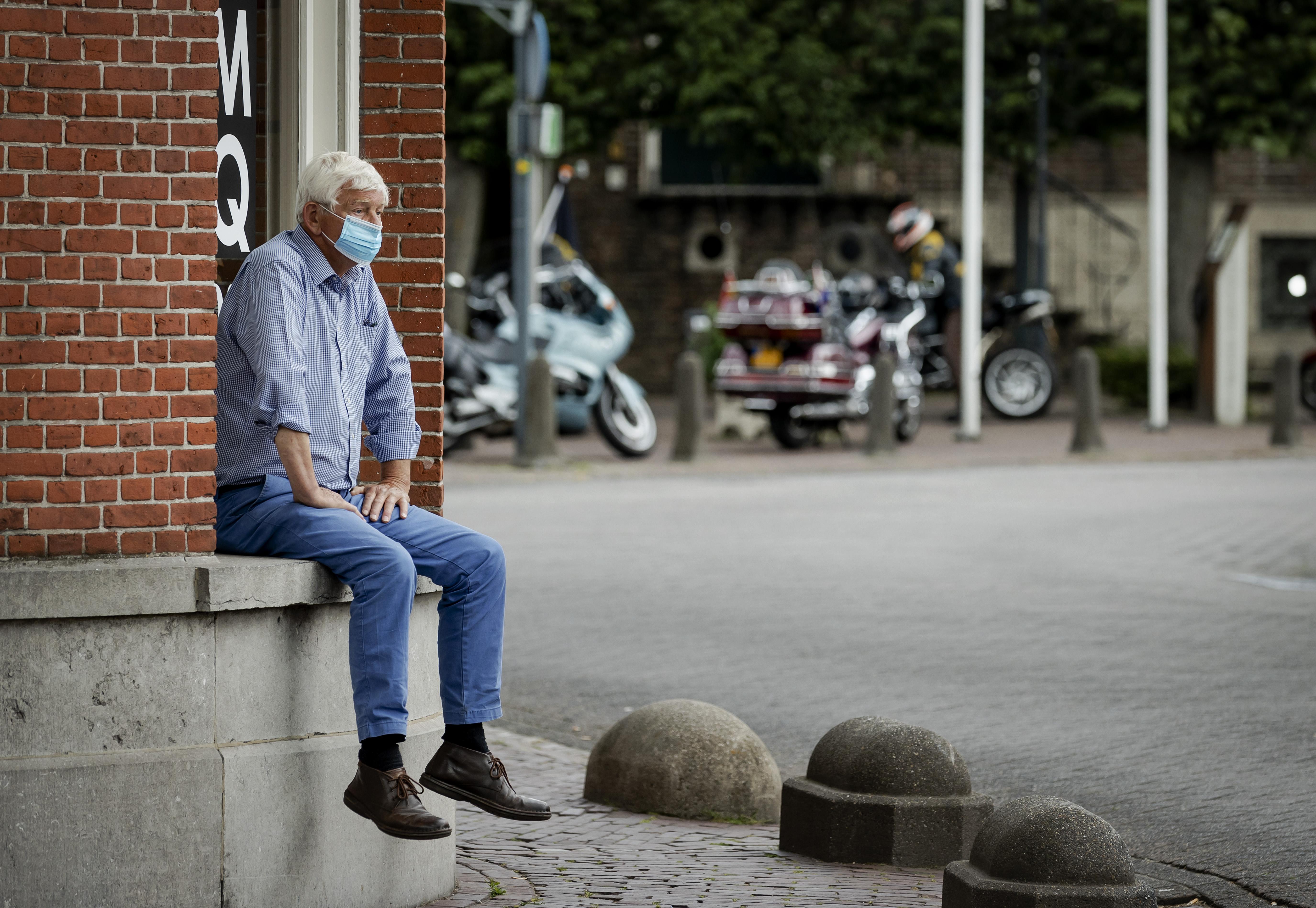 Een man met een mondkapje in Baarle-Nassau op de grens van Nederland en België