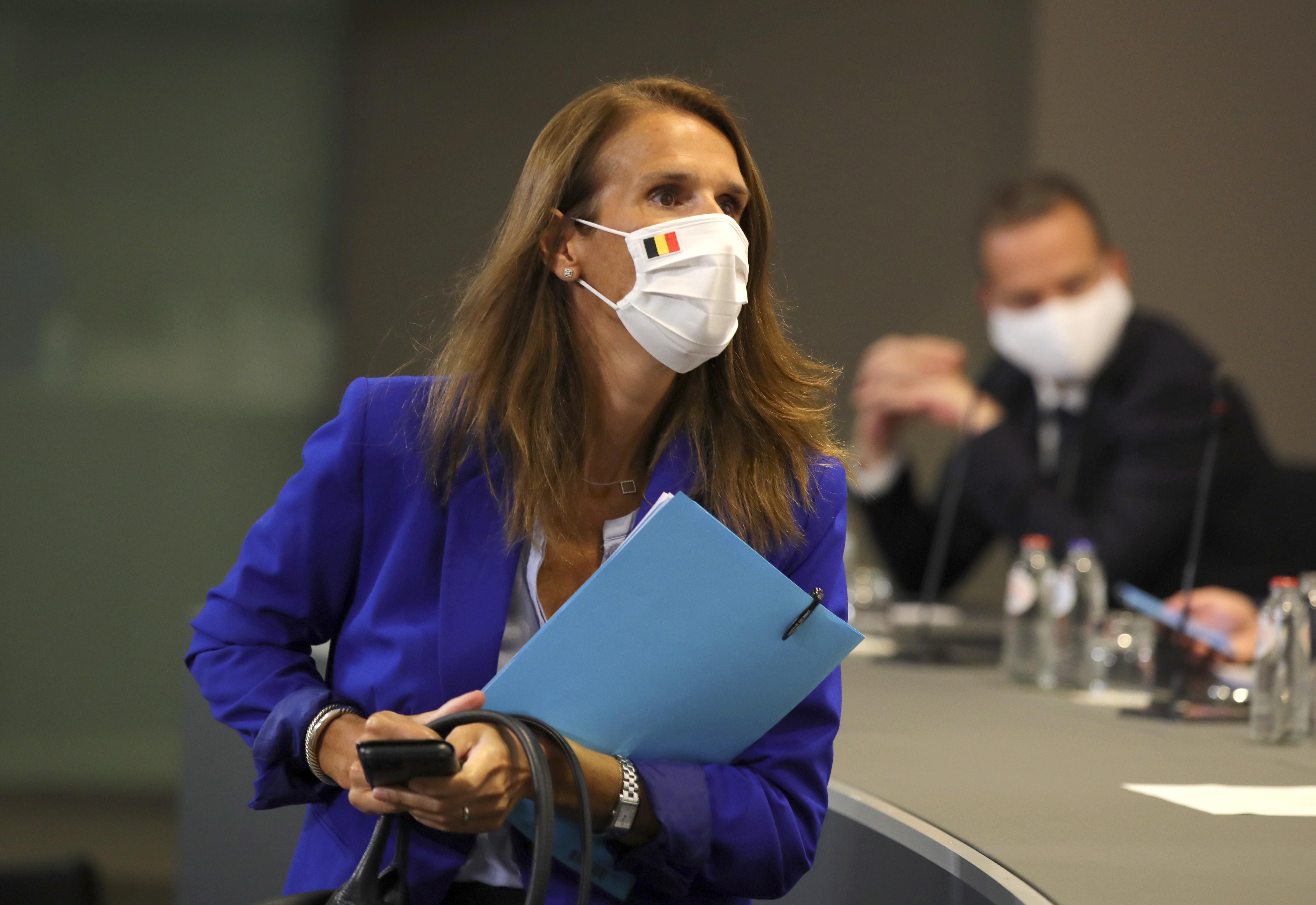 Een foto van Sophie Wilmès, premier in België, met mondkapje