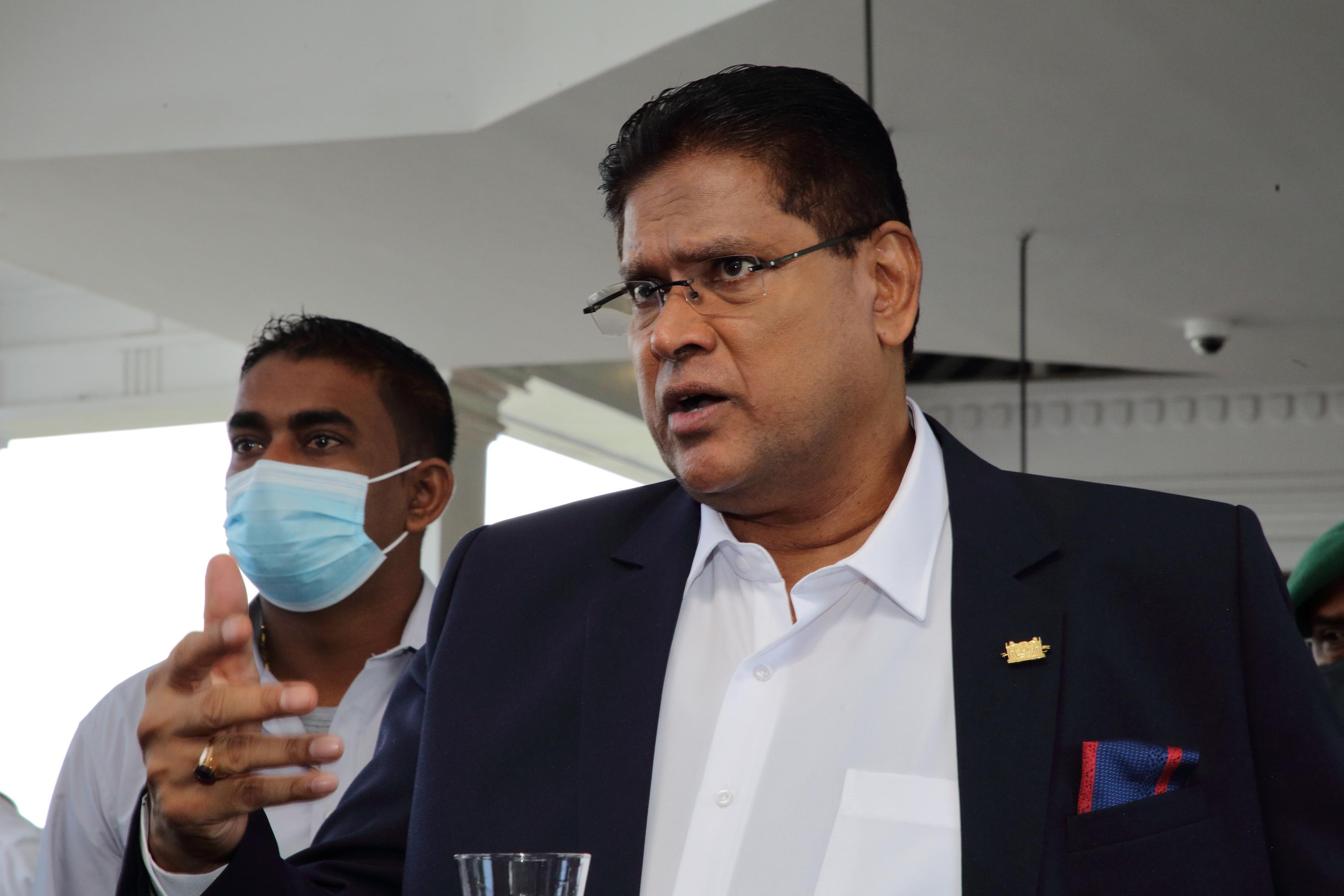 Een foto van president Chan Santokhi van Suriname