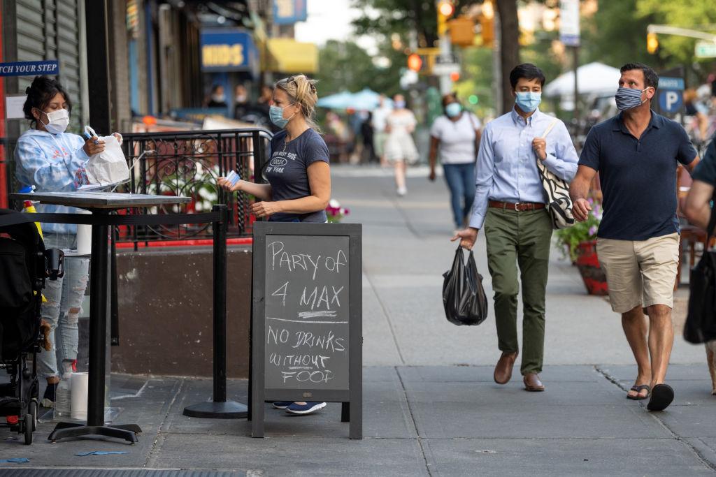 Een foto van mensen met een mondkapje in New York