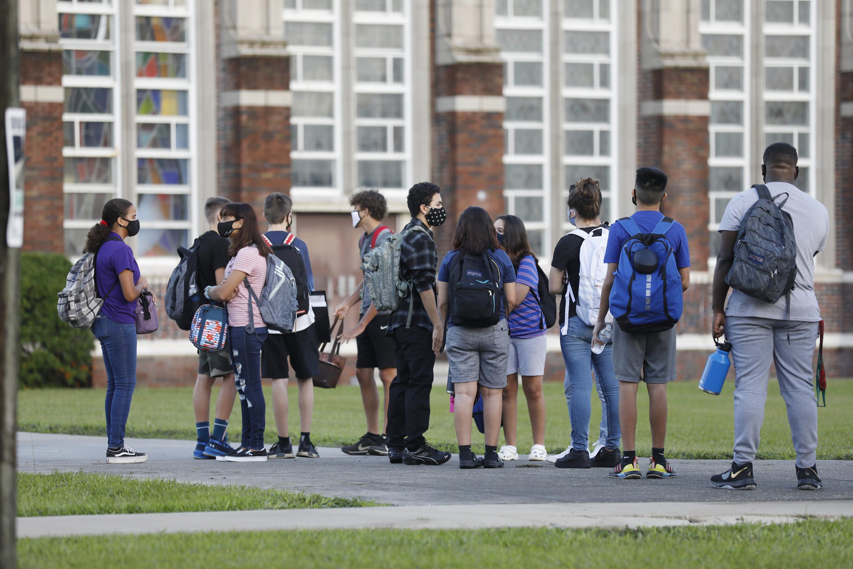 Een foto van Amerika waar kinderen vandaag - met mondkapjes - weer naar school gingen.