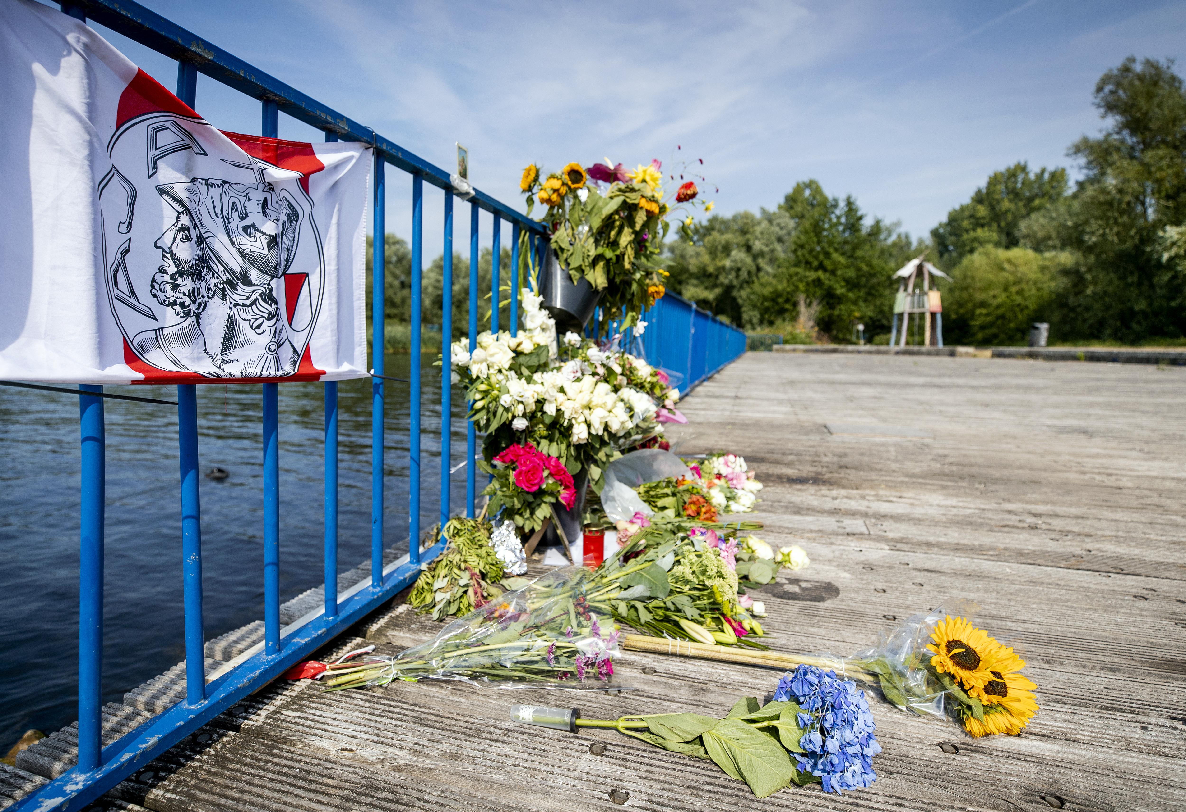 Bloemen voor doodgeschoten man in Amsterdams park