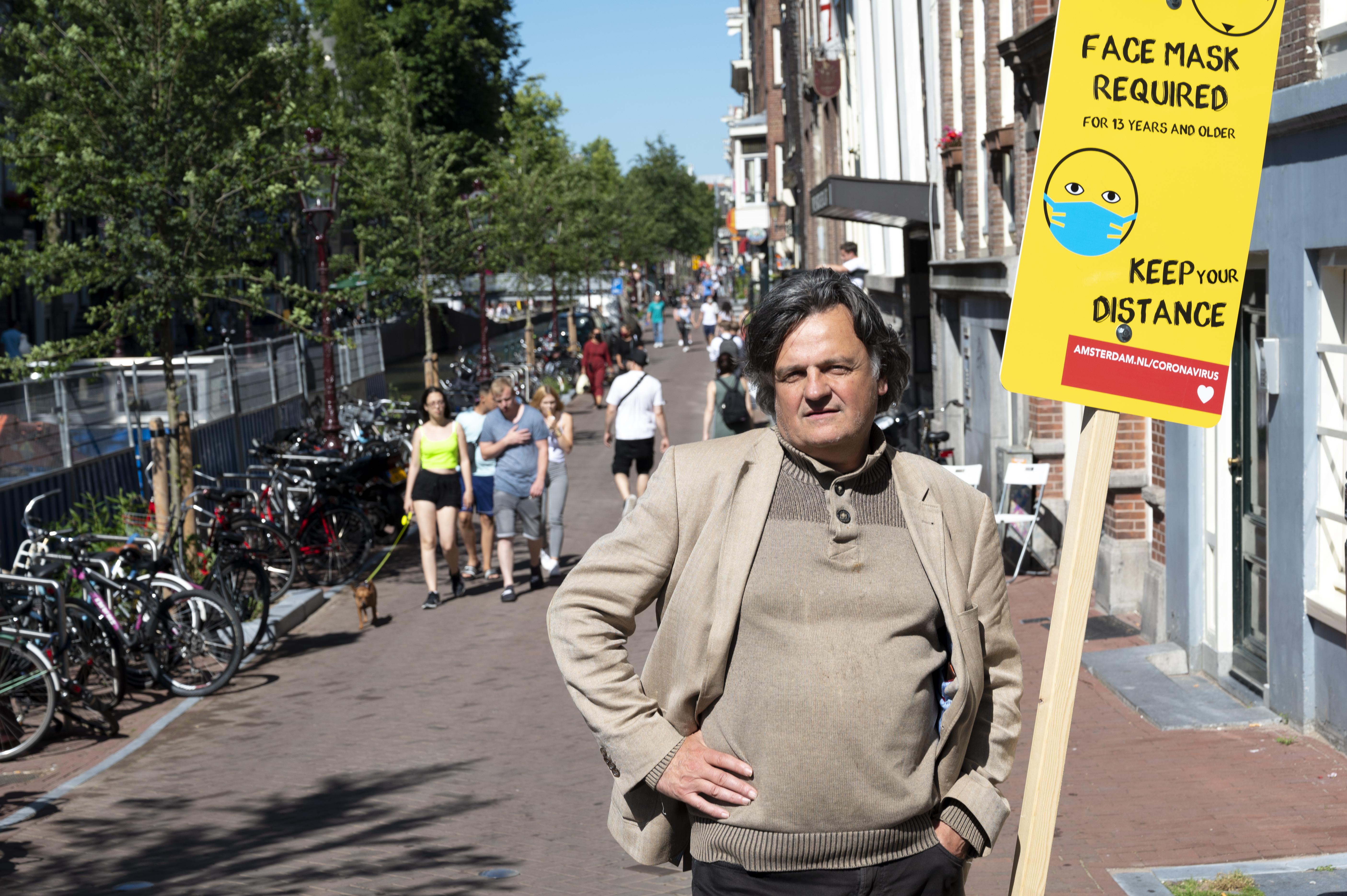 Een foto van Ab Gietelink die naar de rechter stapte om de mondkapjesplicht aan te vechten