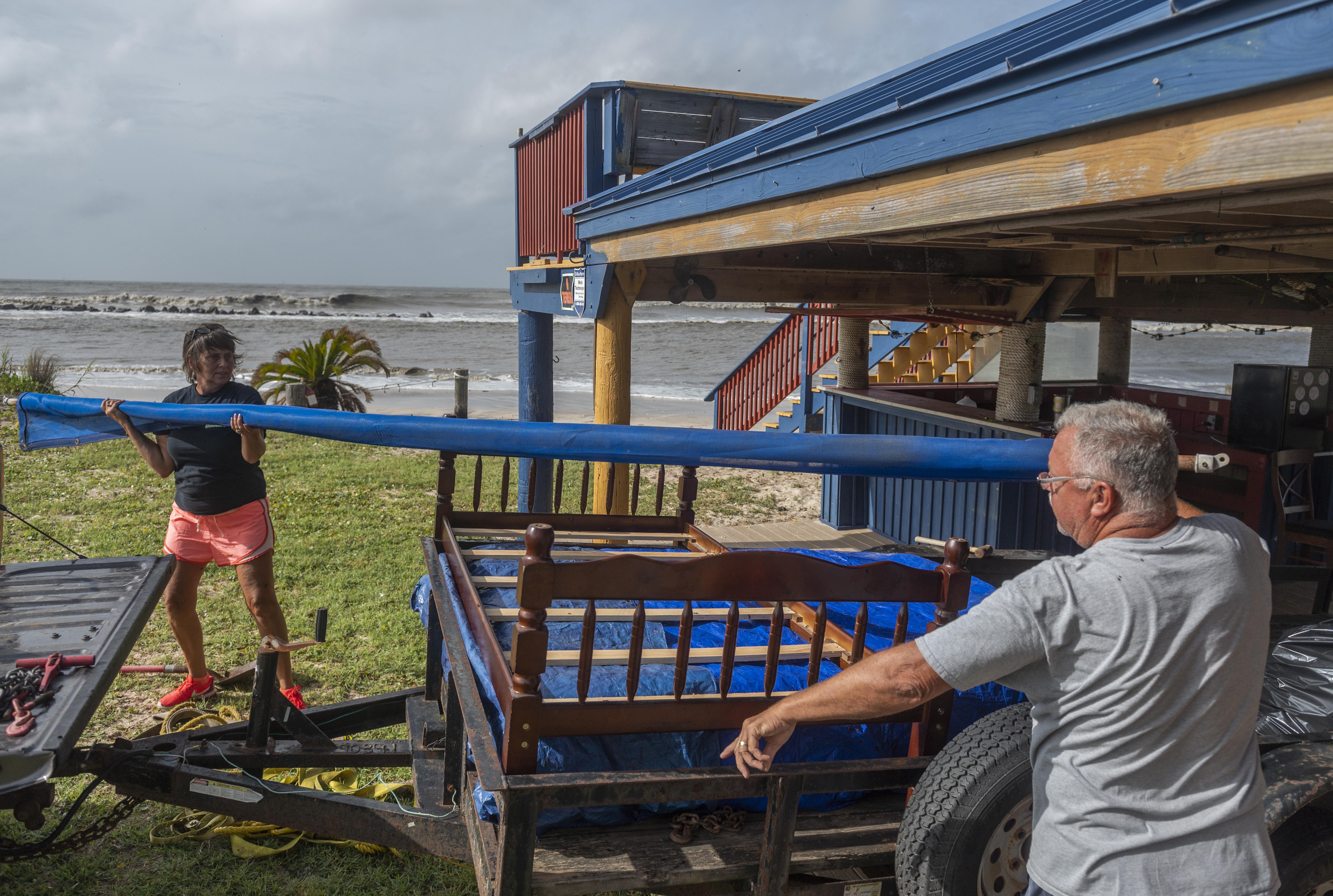 Een foto van Amerikanen die maatregelen nemen tegen orkaan Laura