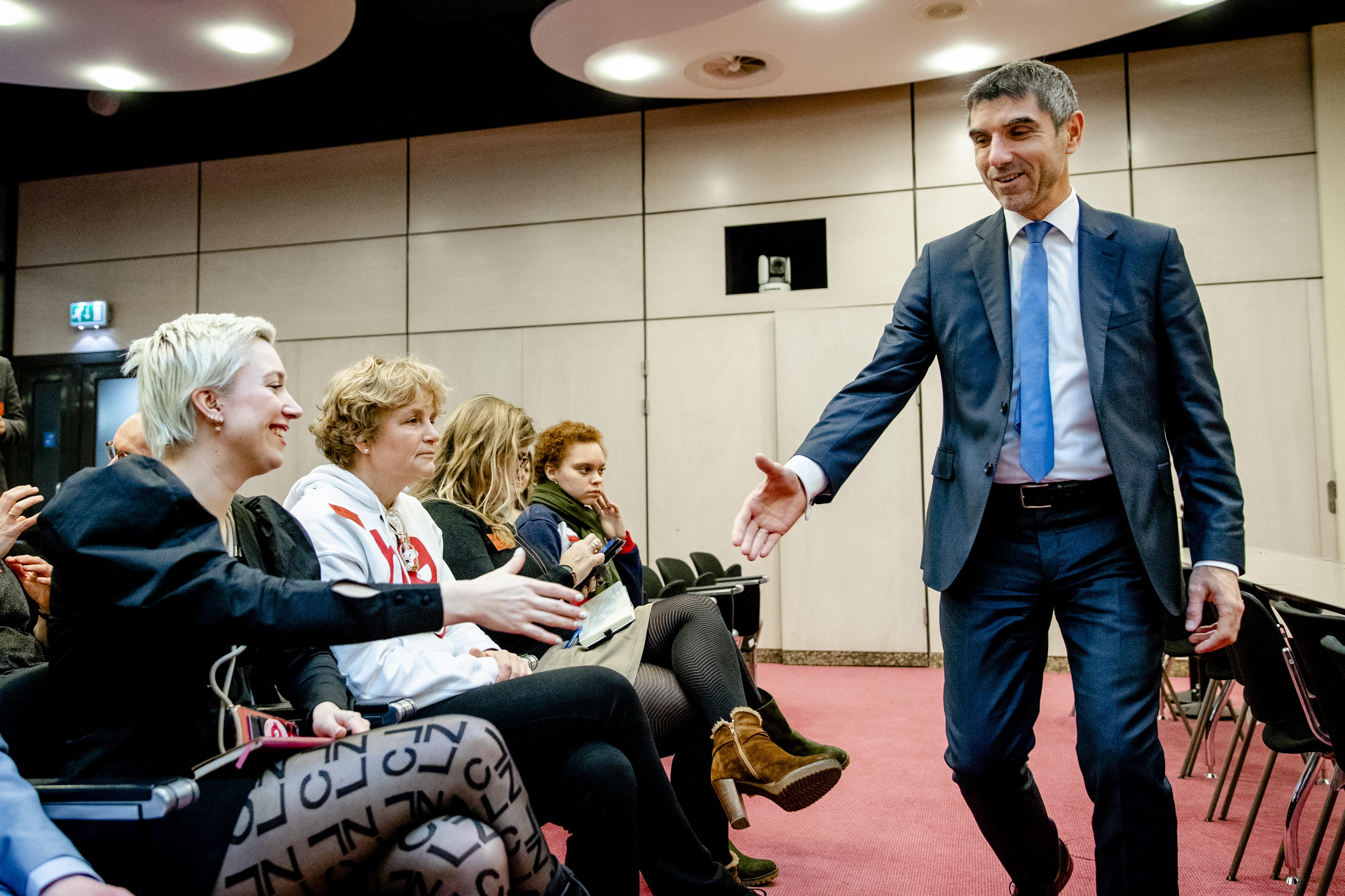 staatssecretaris Paul Blokhuis begroet Charlotte Blokhuis