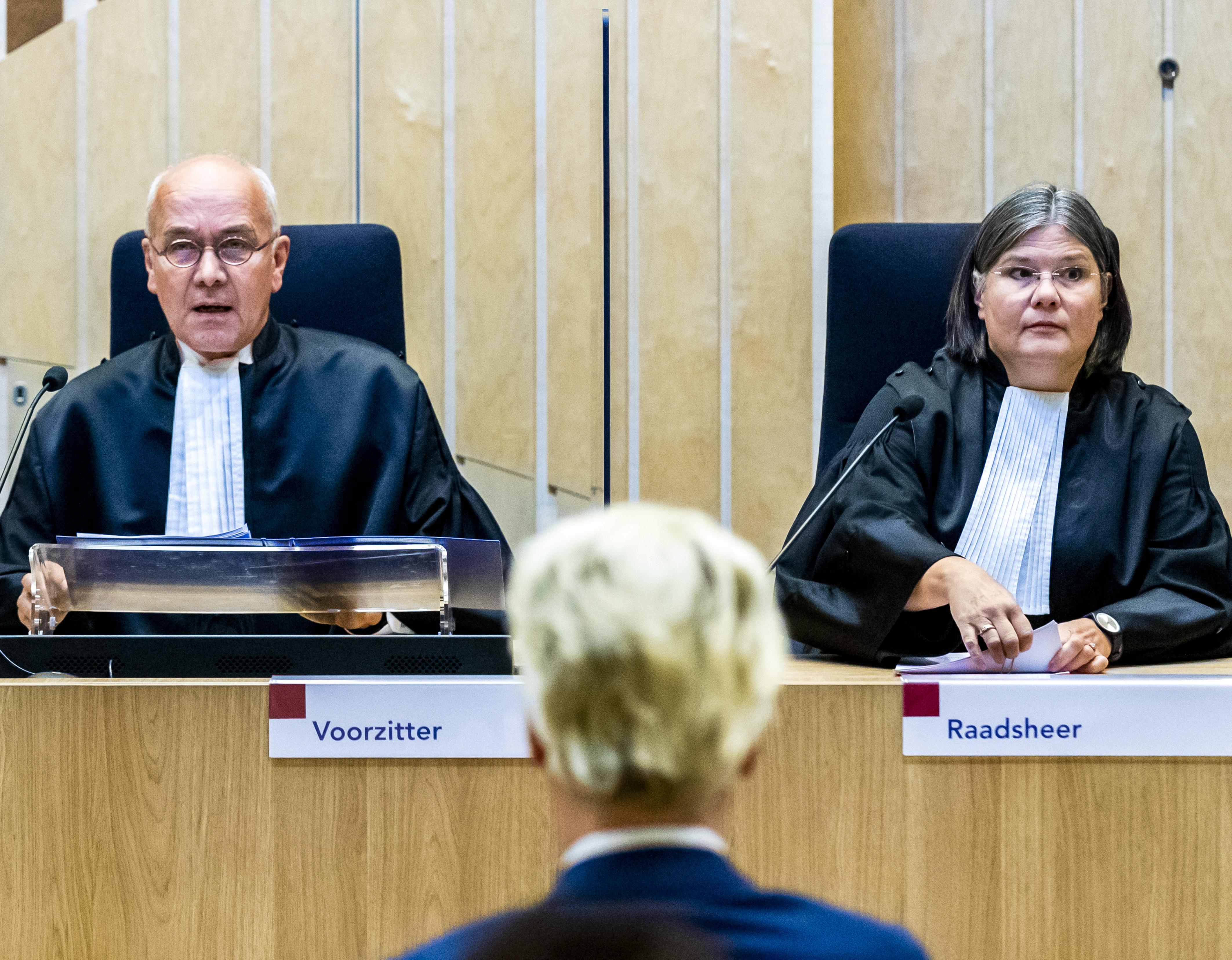 Een foto van voorzitter Reinking voor Geert Wilders