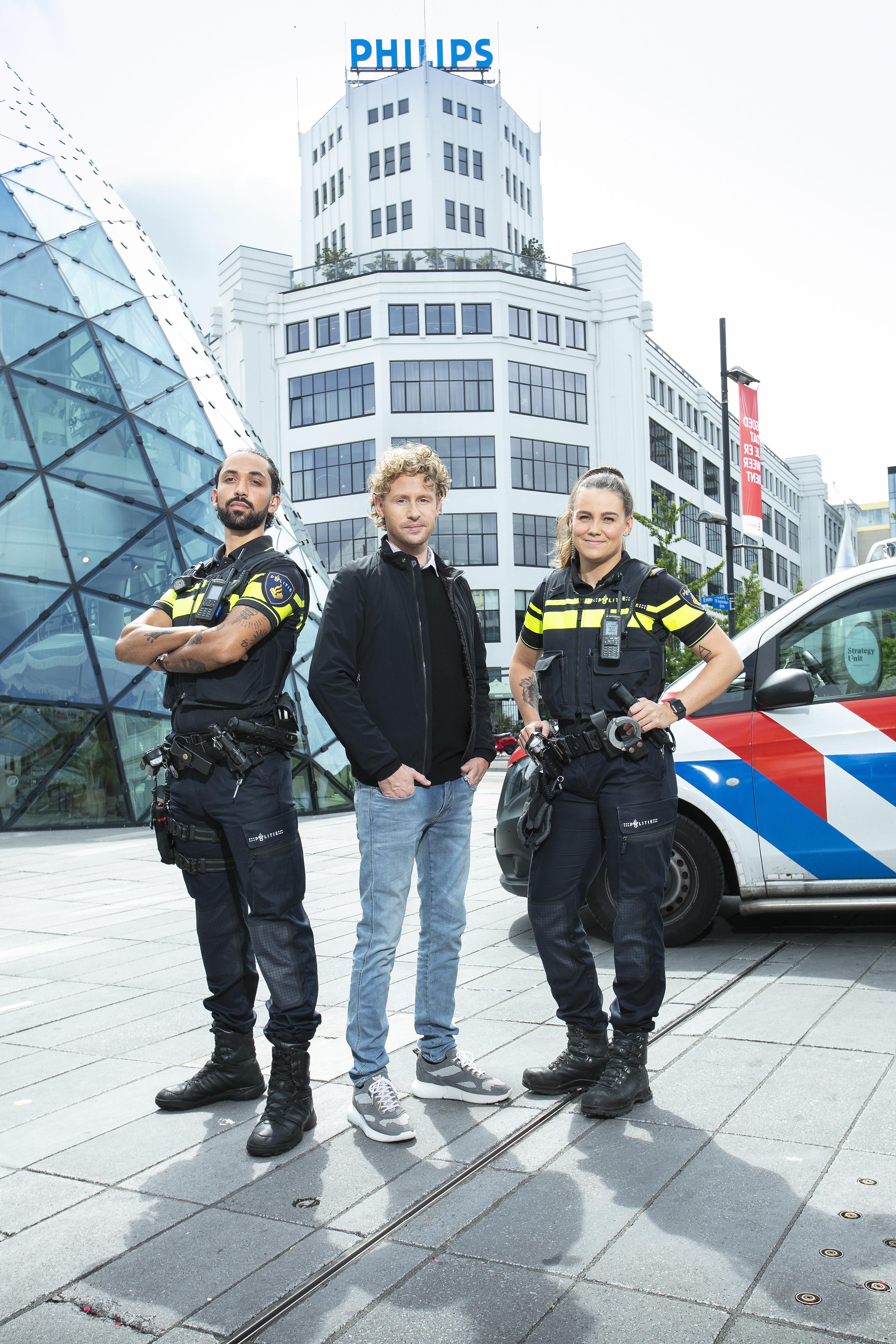 Een foto van Ewout Genemans met twee agenten van politie Eindhoven