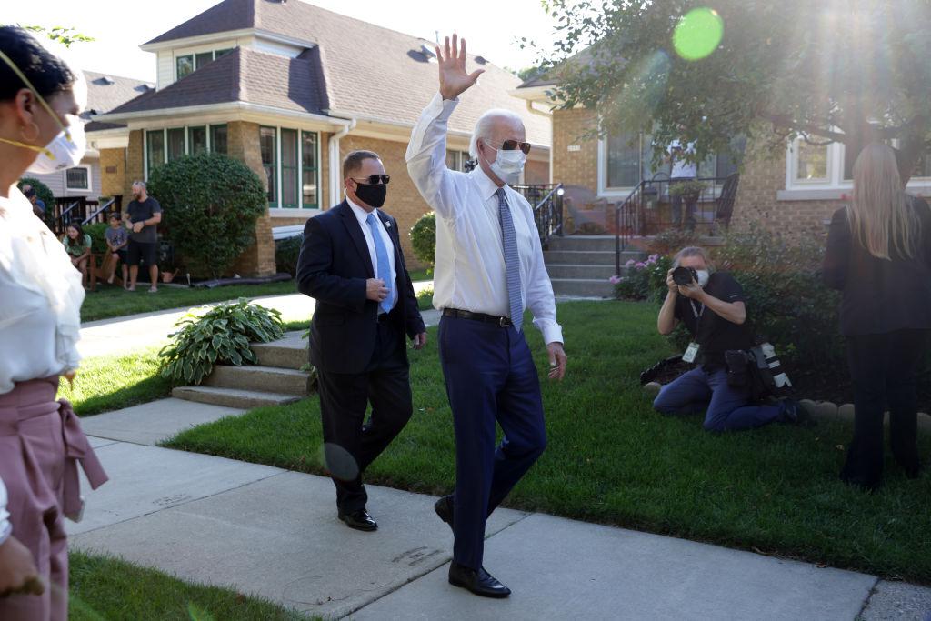 Een foto van Joe Biden, zwaaiend na zijn bezoek