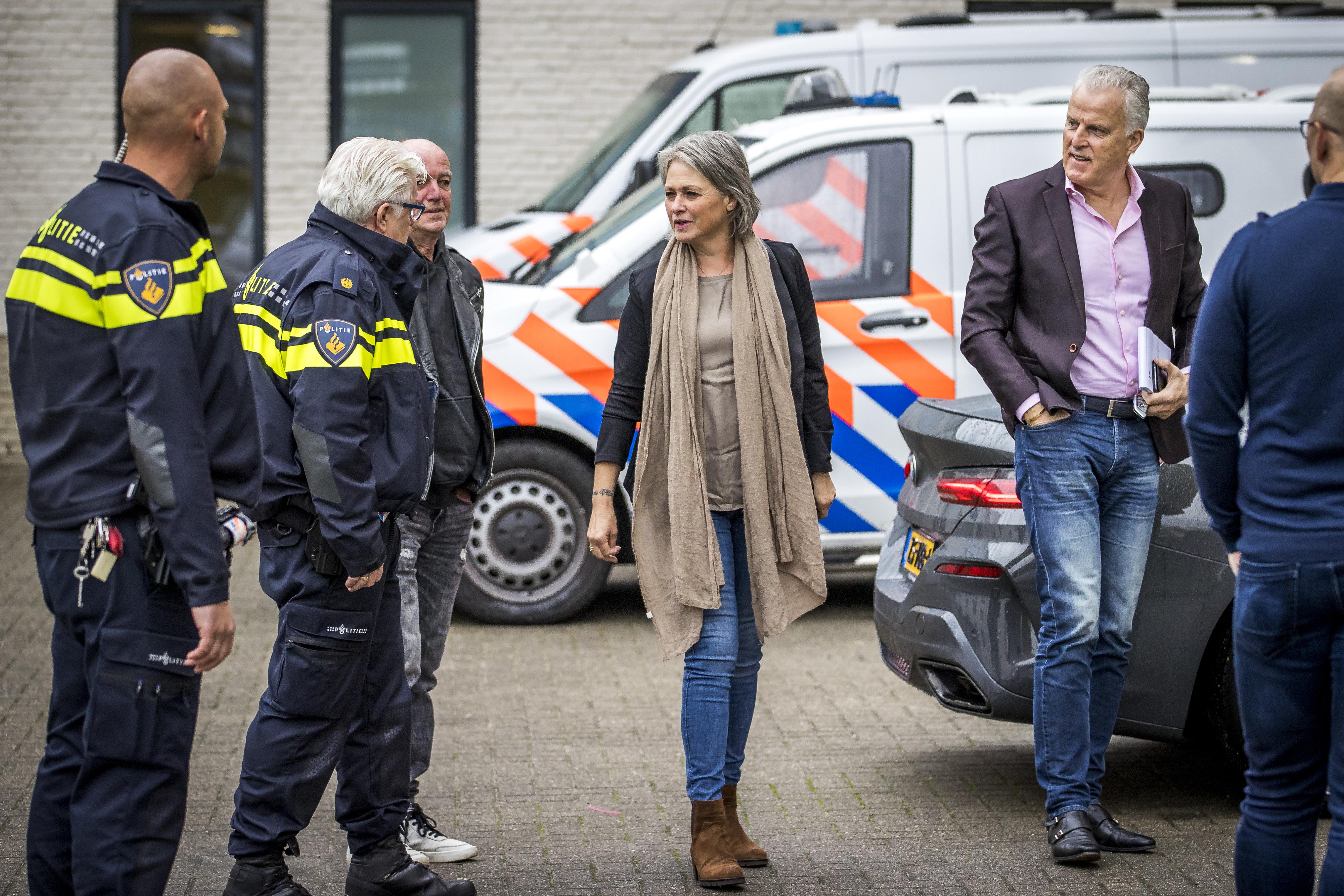 Een foto van de ouders van Nicky Verstappen en Peter R. de Vries op weg naar de zaak tegen Jos B.