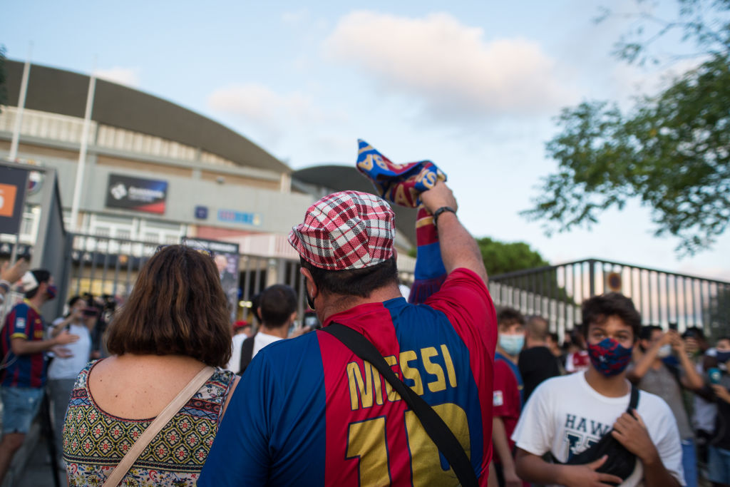 Een foto van protesten bij het stadion van Barcelona