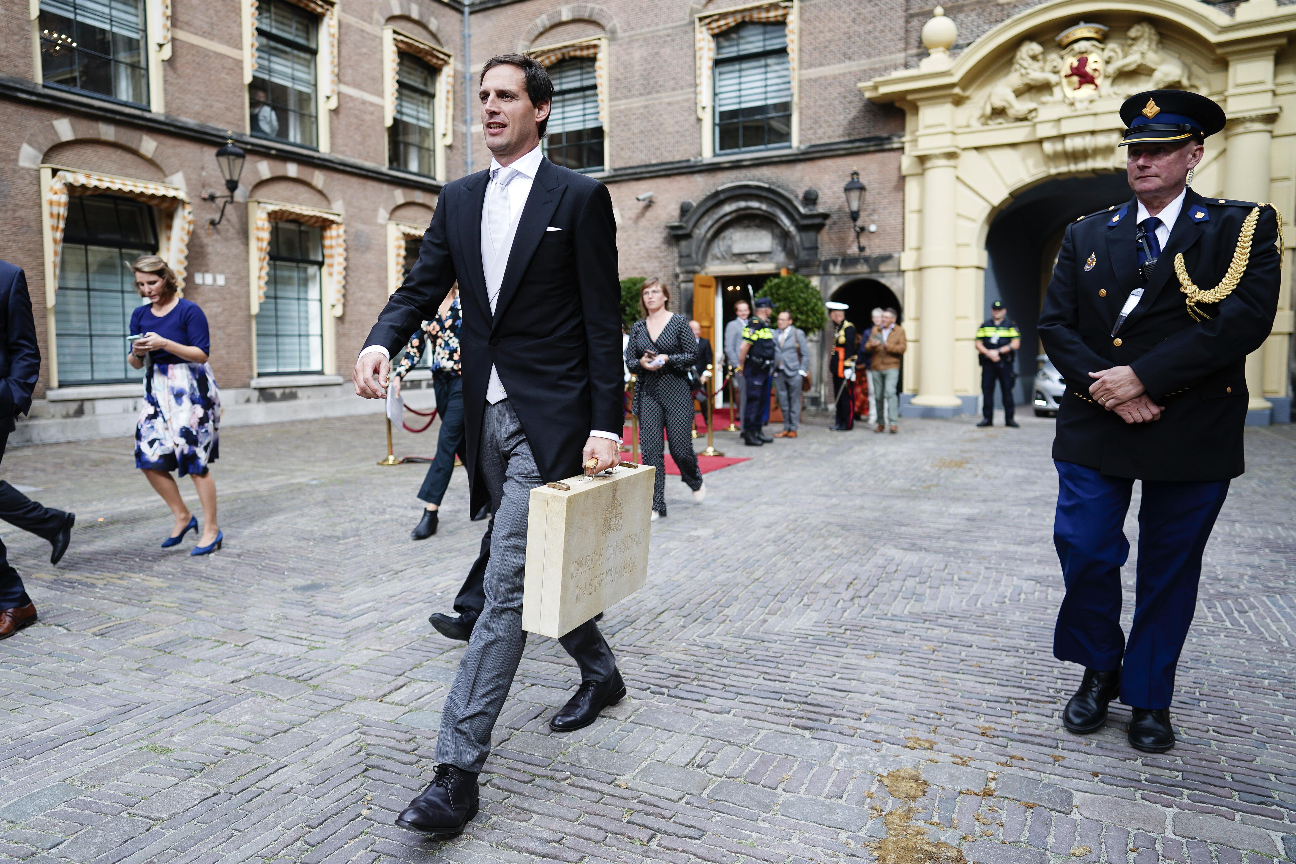 Een foto van minister Hoekstra op Prinsjesdag met het koffertje