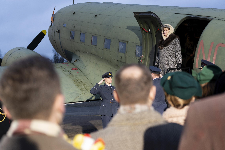 Een foto van koningin Wilhelmina die in de musical uit een vliegtuig stapt