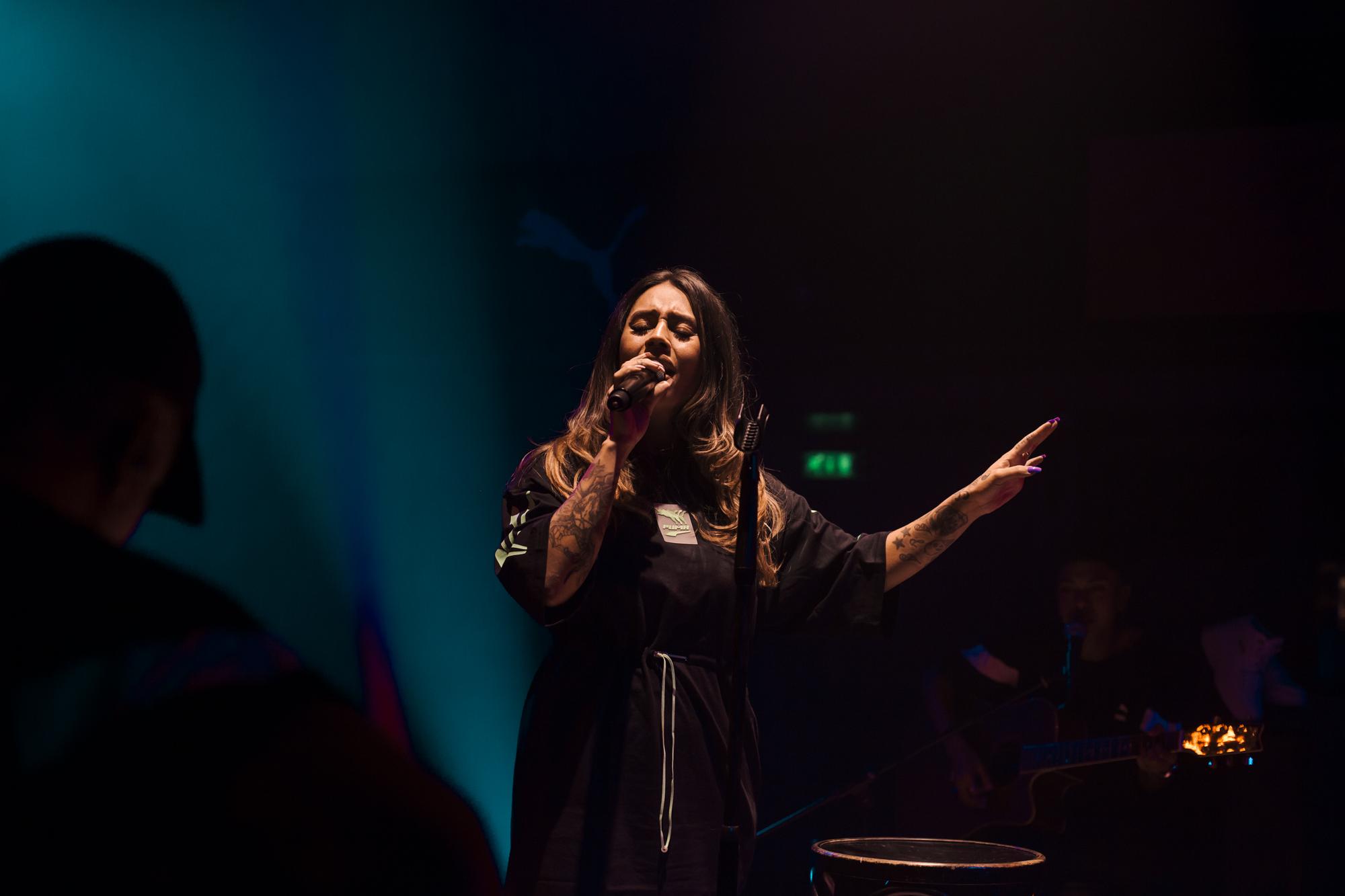 Een foto van Tabitha, zingend in De Melkweg