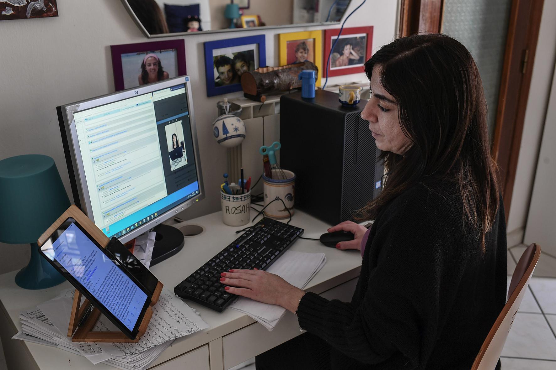 Een foto van een vrouw die haar werk vanuit huis doet