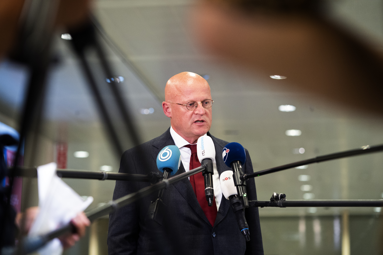 Een foto van minister Grapperhaus die de pers te woord staat