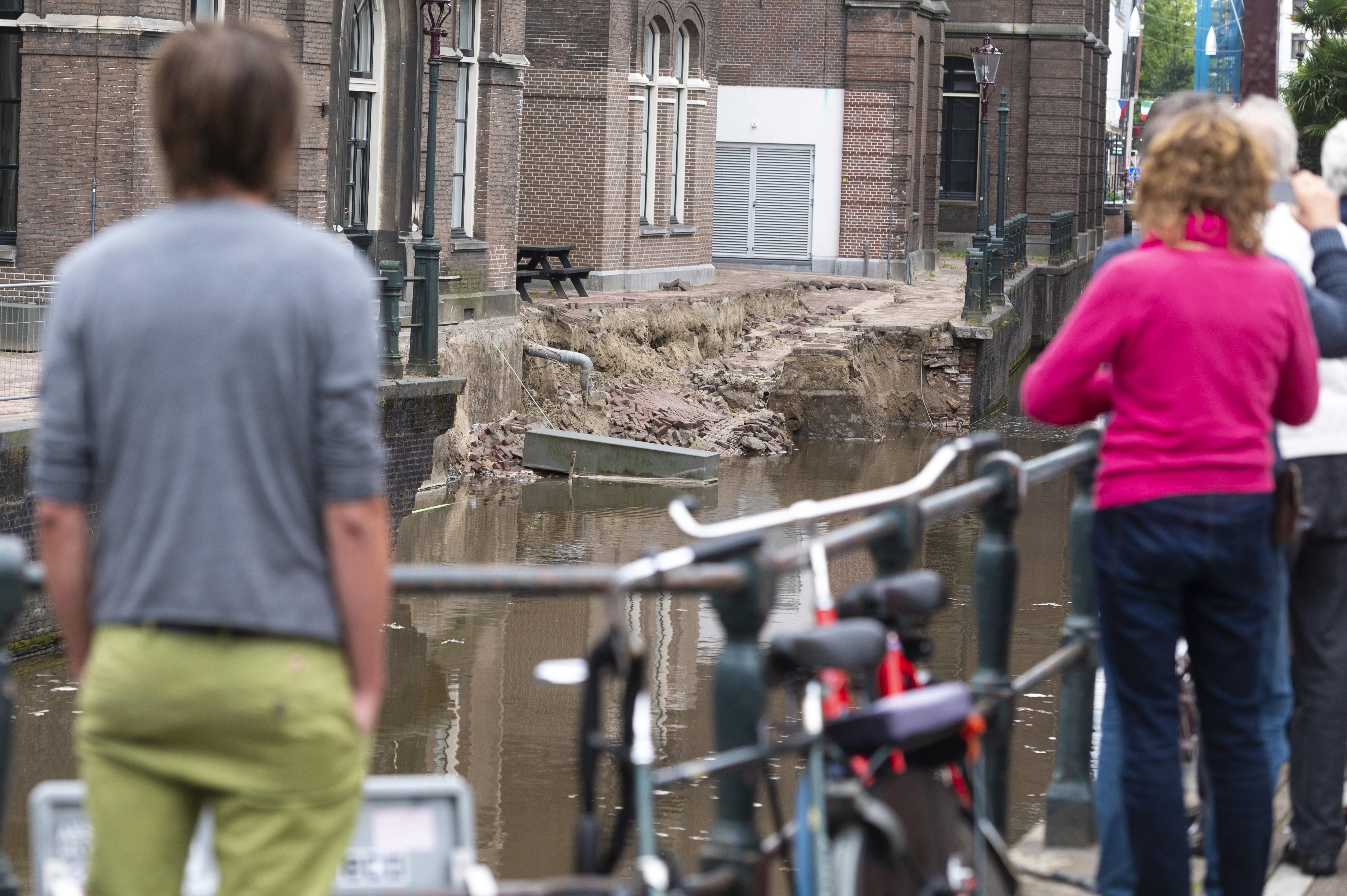 Een foto van de ingestorte kade in Amsterdam