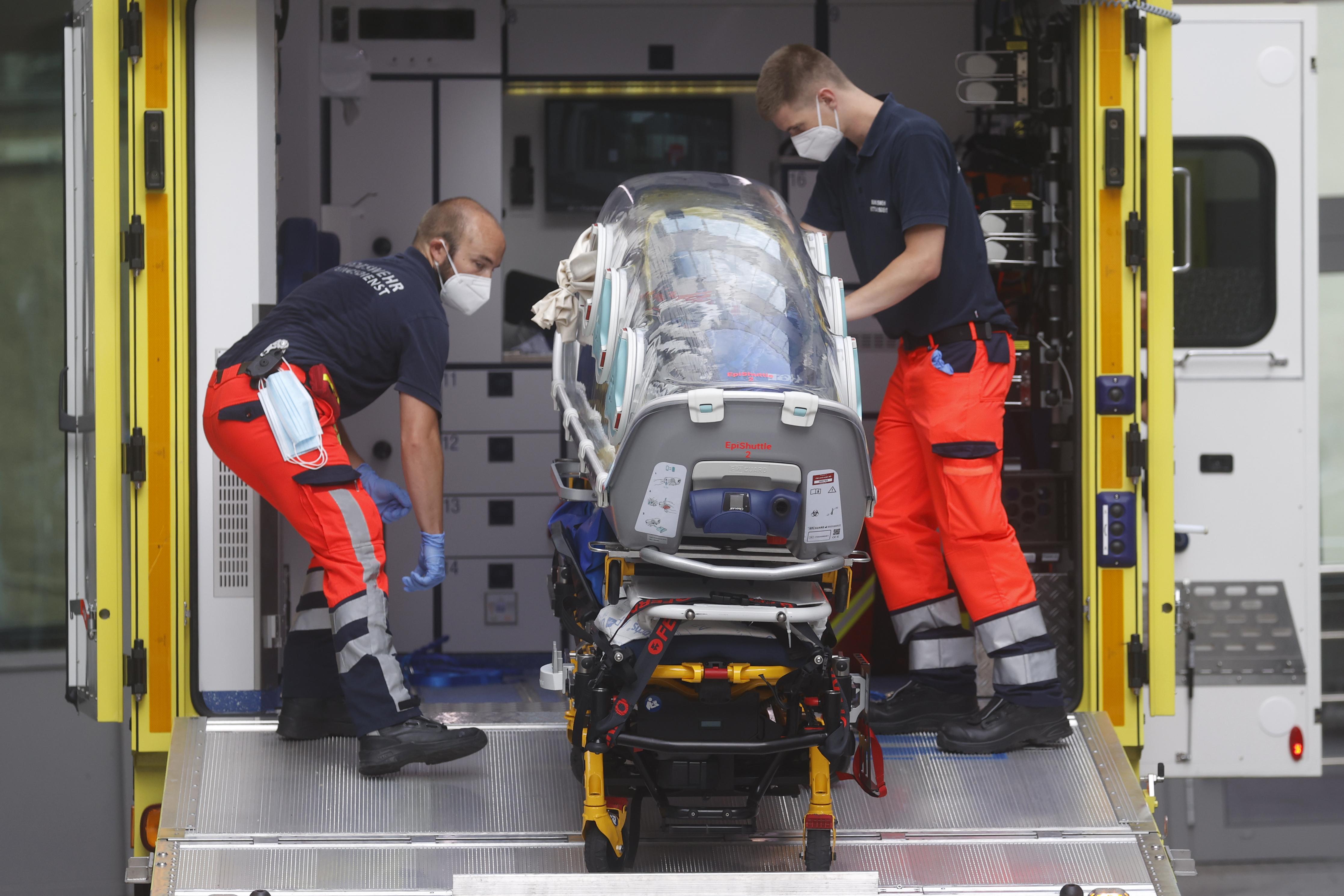 Foto van het transport van Navalni naar een Duits ziekenhuis