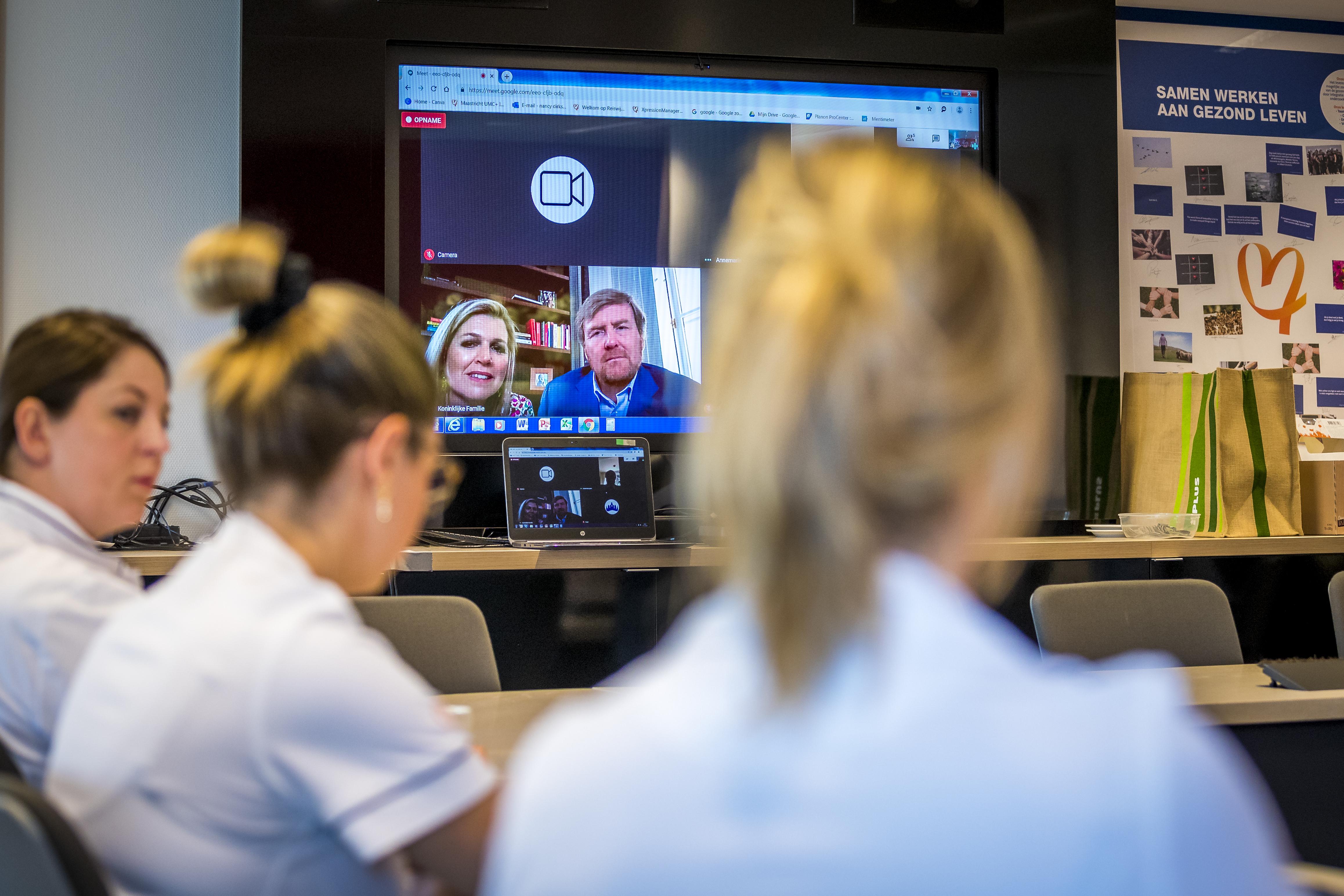 Een foto van medewerkers van Maastricht UMC die via een videoverbinding door koning Willem-Alexander werden toegesproken