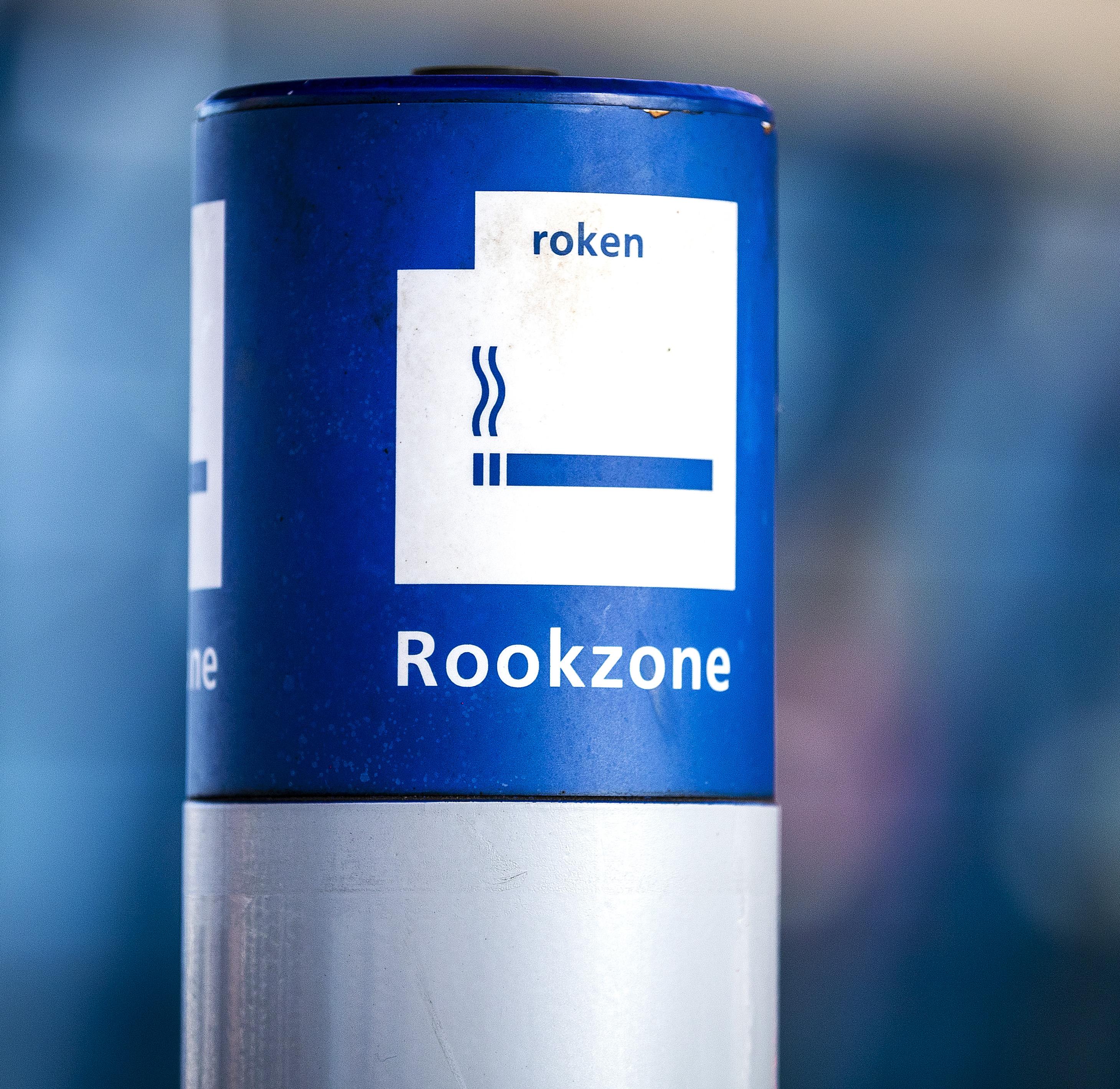 Een foto van een rookzone, door rookvrije stations zijn die nu verleden tijd
