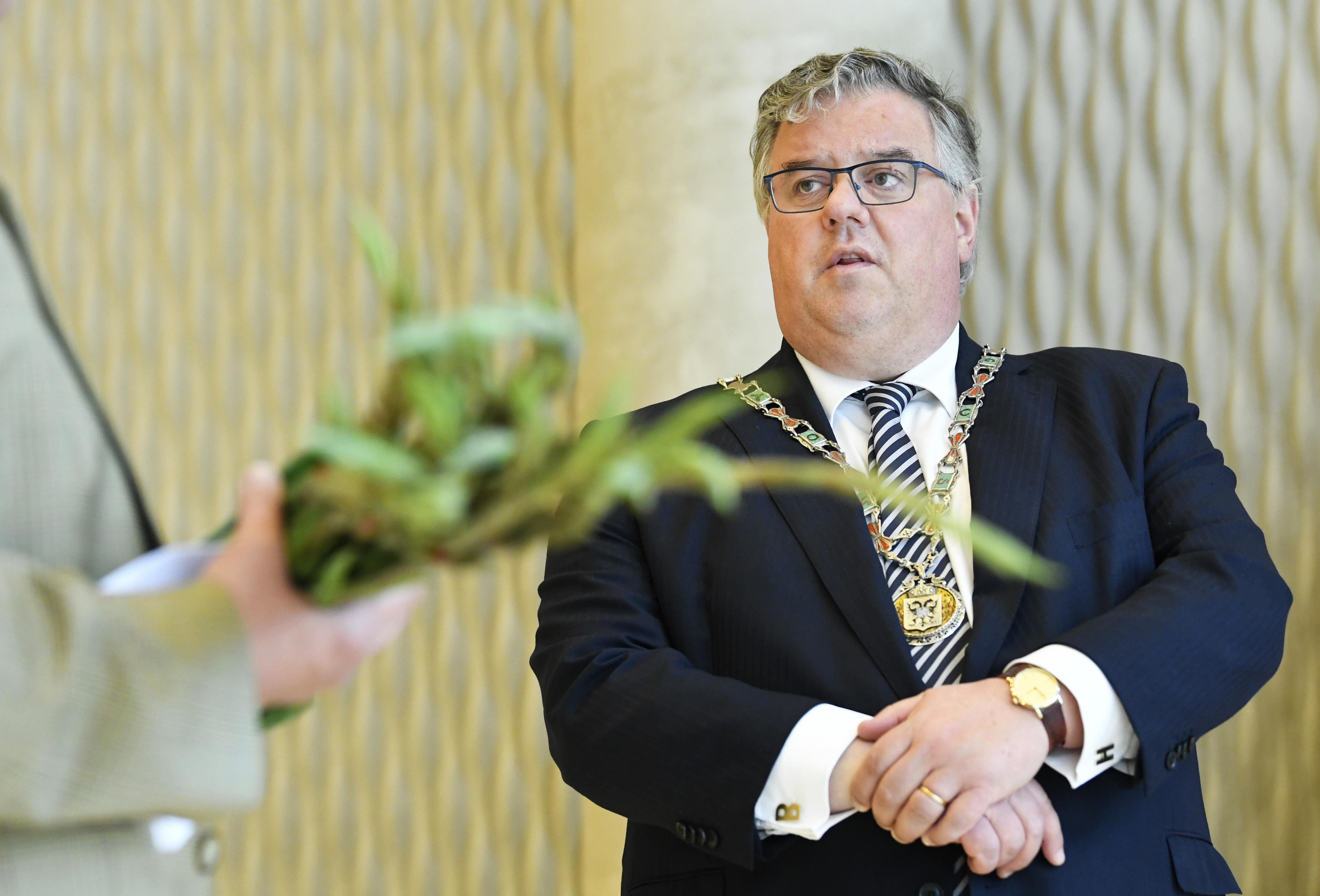 Een foto van burgemeester Hubert Bruls van Nijmegen
