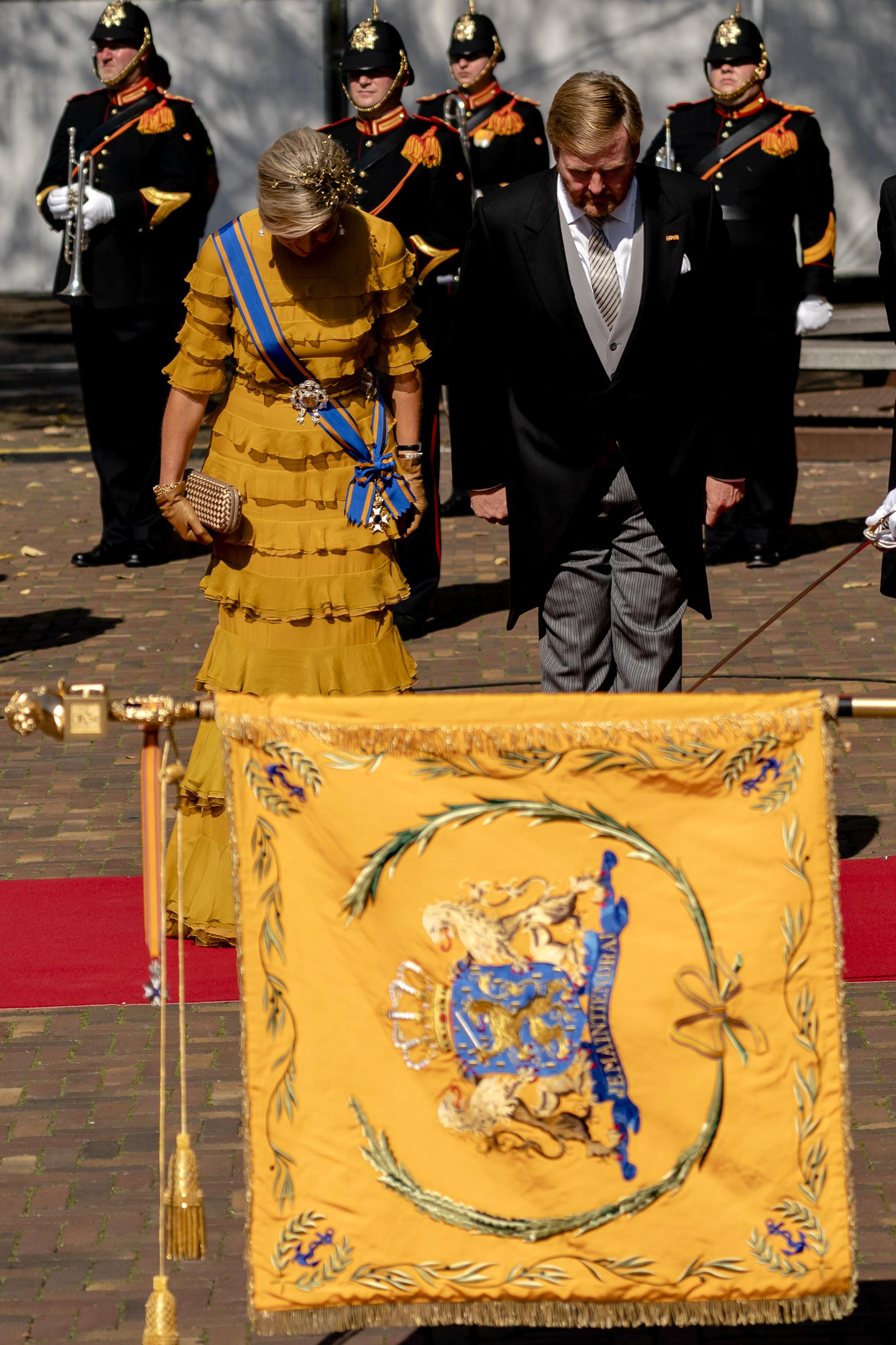 Een foto van koning Willem-Alexander en Máxima op weg naar de Troonrede