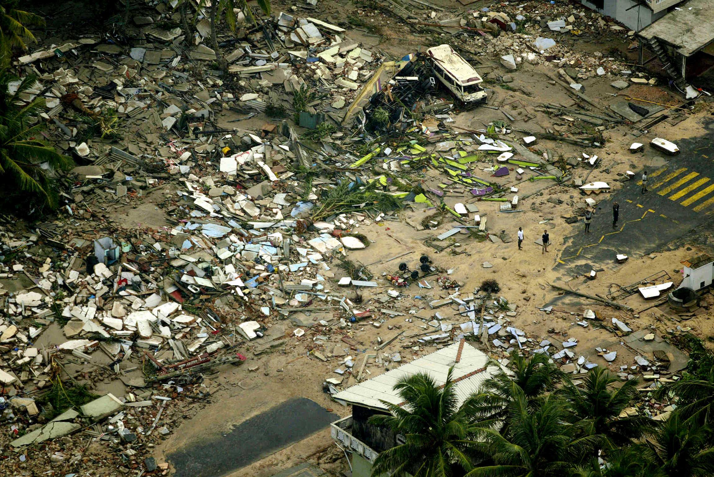 Een foto van de puinhoop in Sri Lanka na de tsunami in 2004