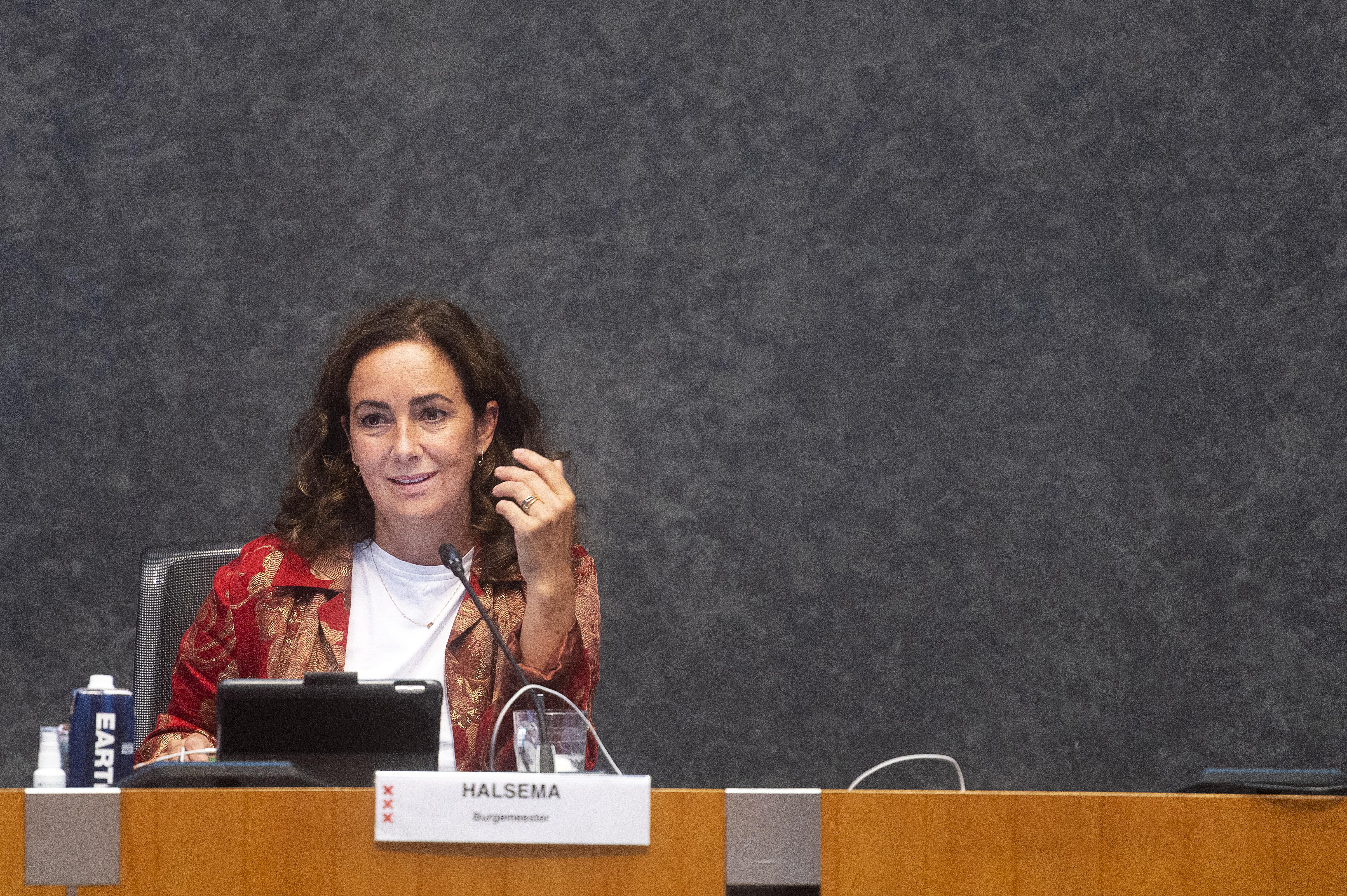 Een foto van burgemeester Femke Halsema die het verbod op vuurwerk een jaar opschuift