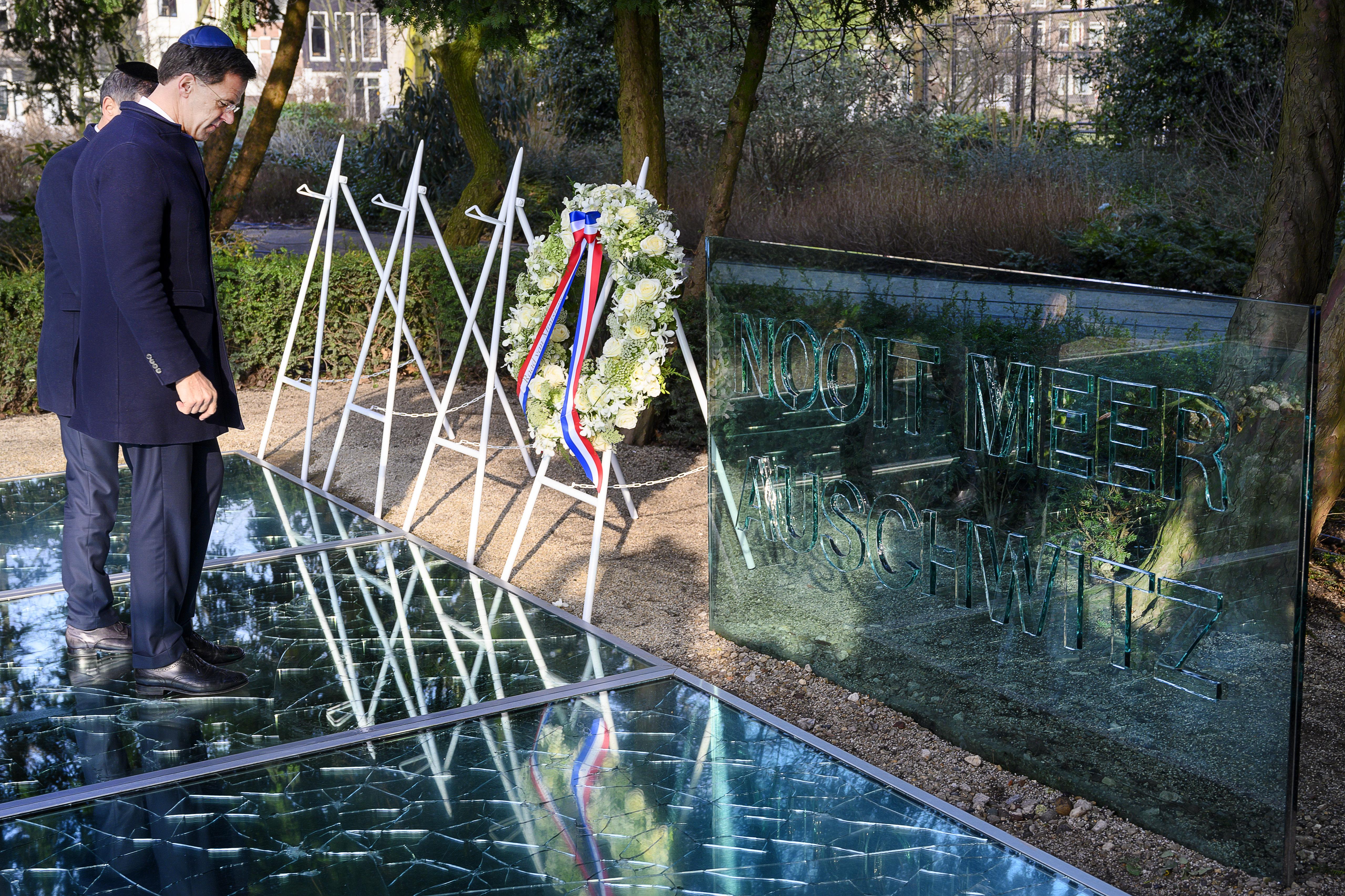 Een foto van premier Rutte bij een herdenking van de Holocaust