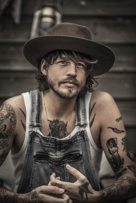 Een foto van Rob Dekay vol tattoos