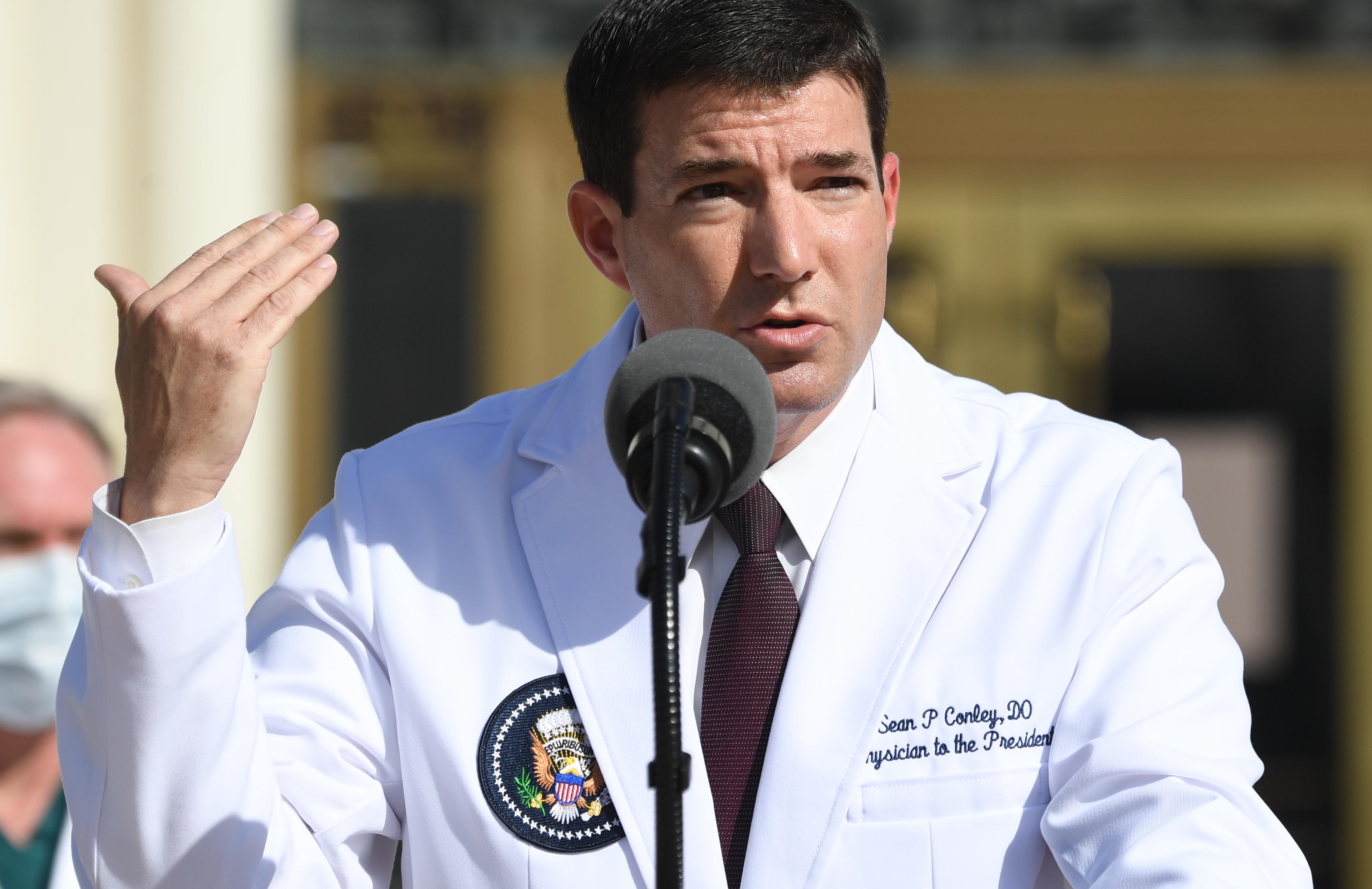 Een foto van Sean Conley, de arts van Trump