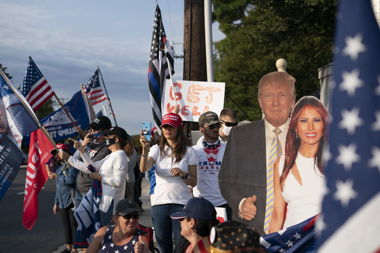Een foto van fans van Trump langs de kant van de weg