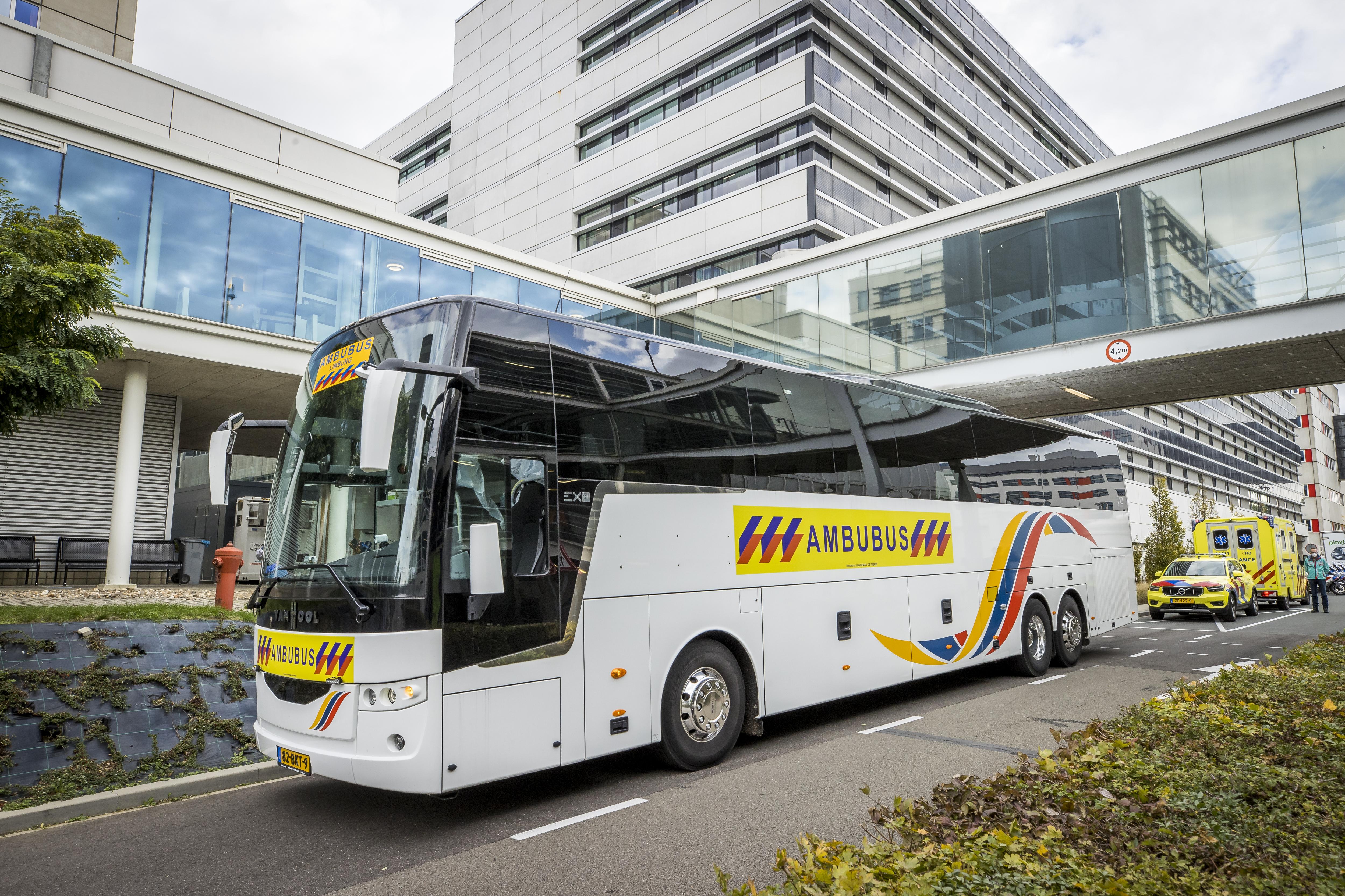Een foto van een speciale bus die coronapatiënten vervoert