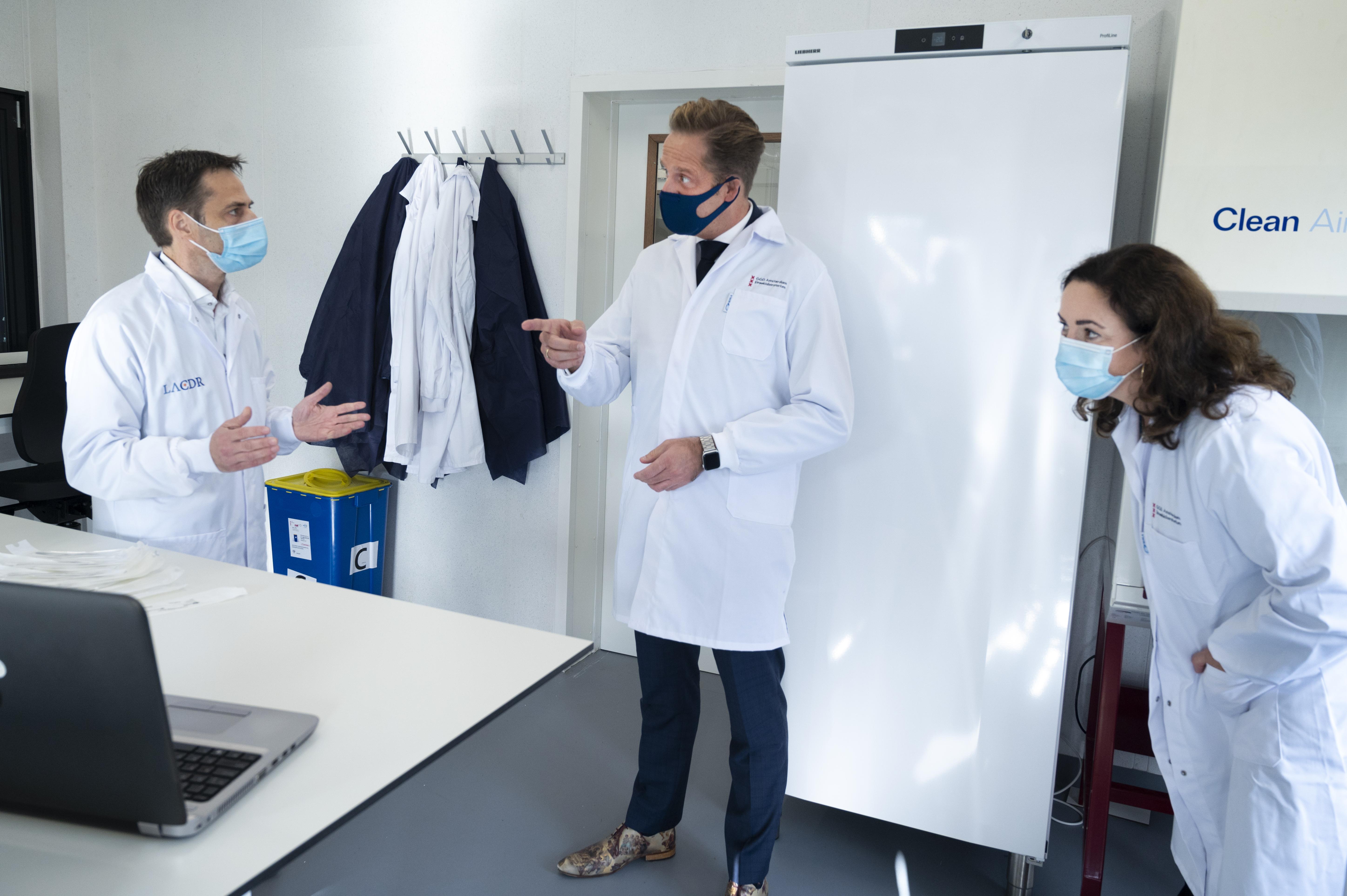 Een foto van Hugo de Jonge die een testlocatie bezoekt