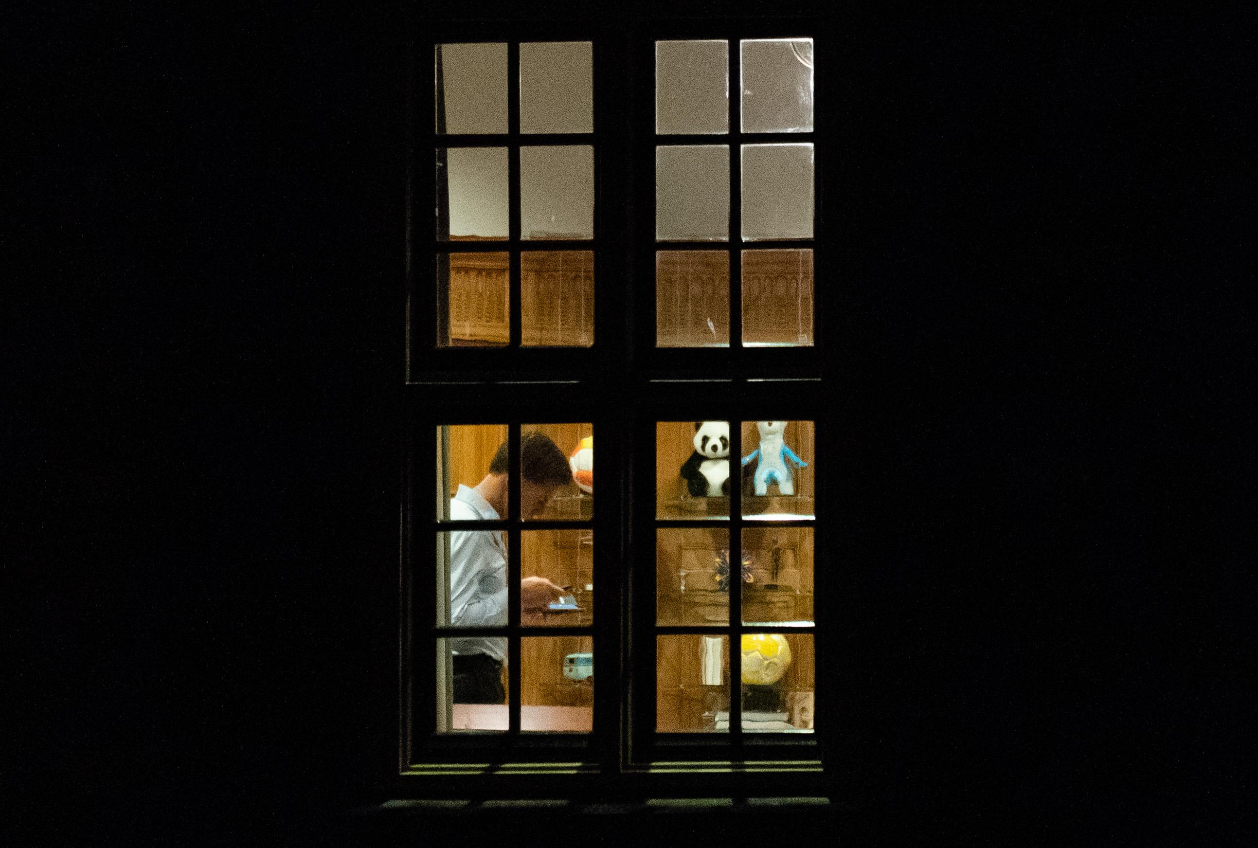 Een foto van Mark Rutte in zijn Torentje na de persco over de coronamaatregelen