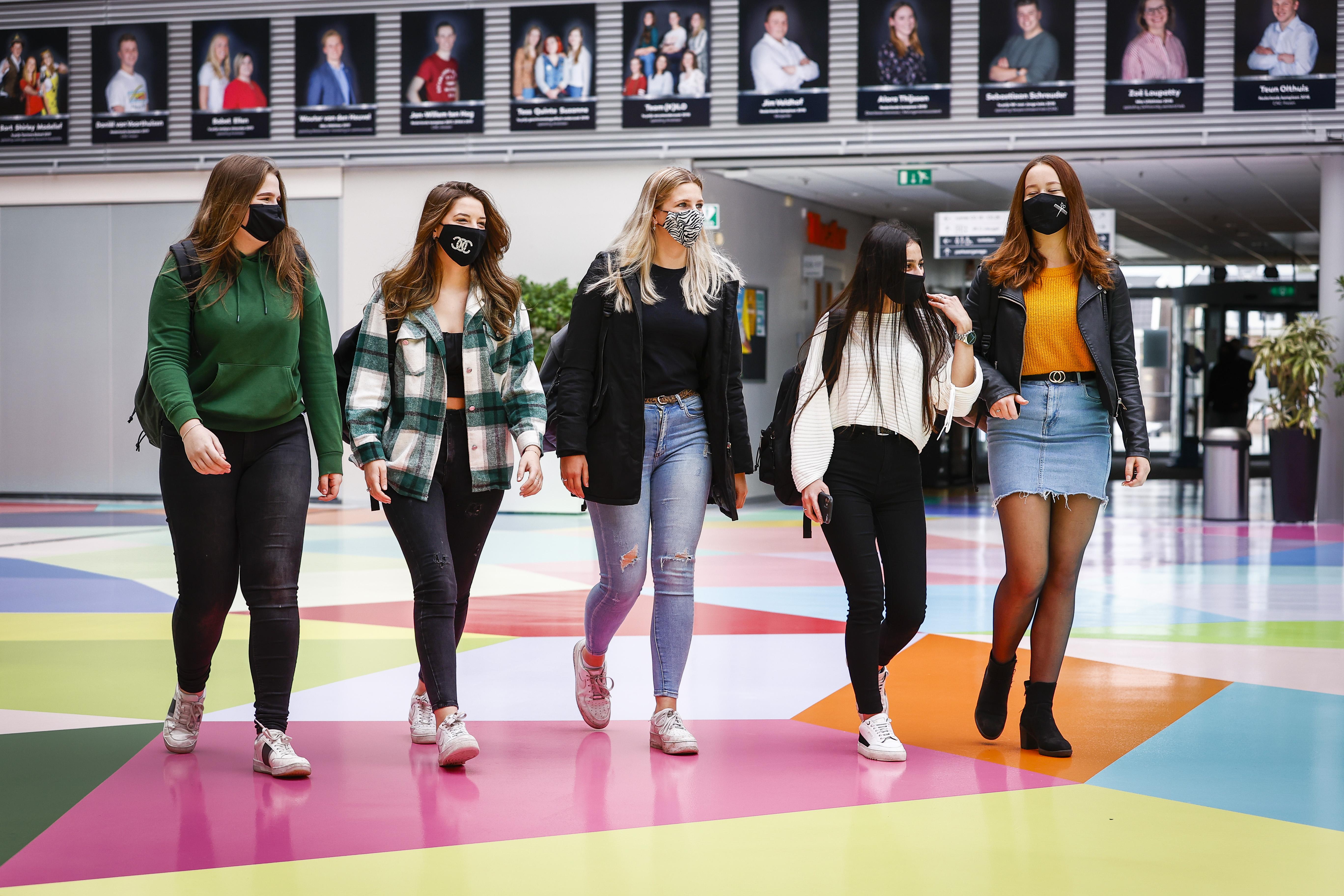 Een foto van leerlingen met een mondkapje