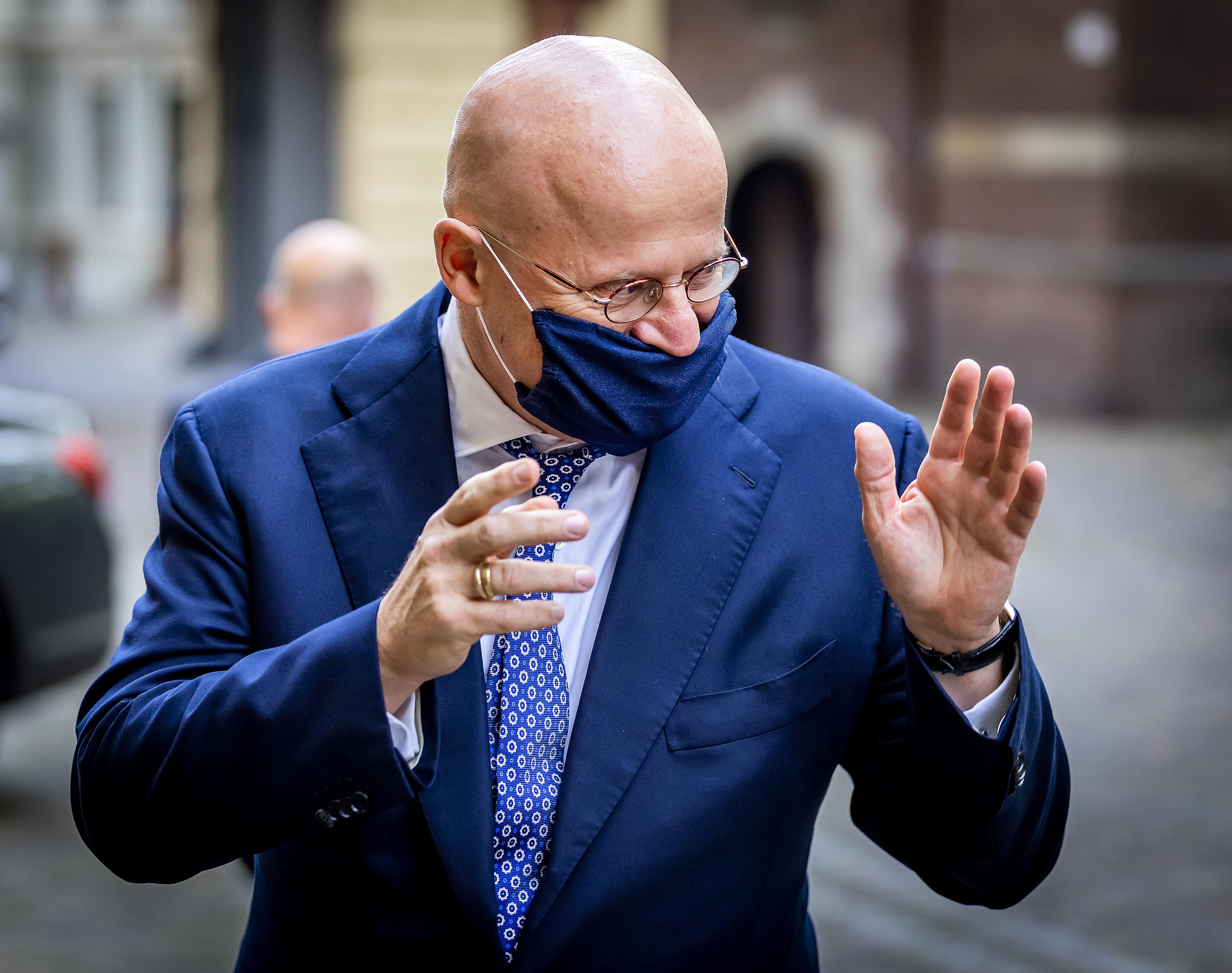 Een foto van minister Grapperhaus met een mondkapje
