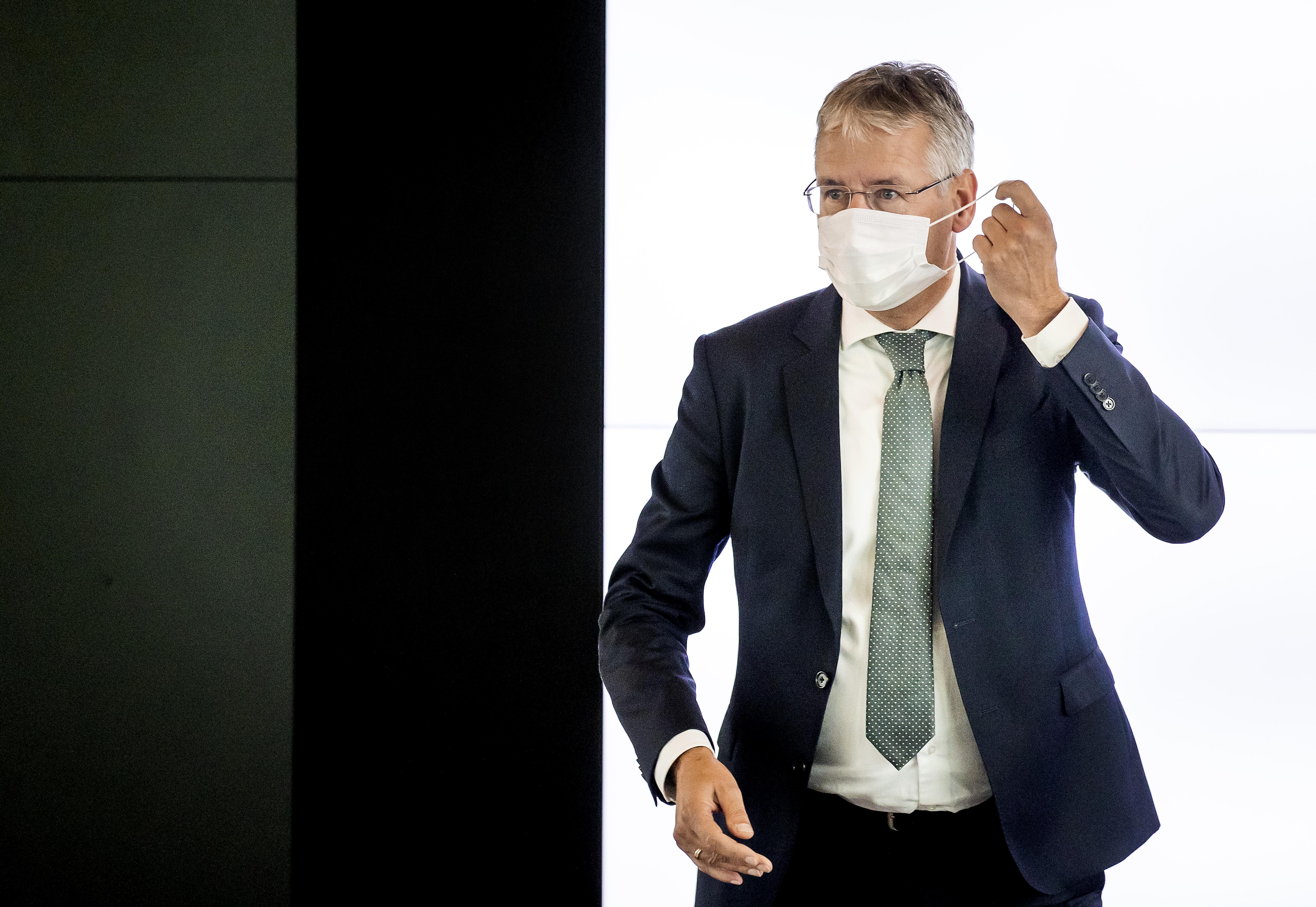 Een foto van minister Slob die gaat over ventilatie