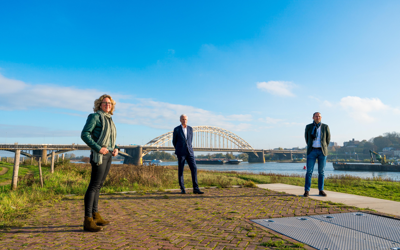 foto van wandelende persconferentie