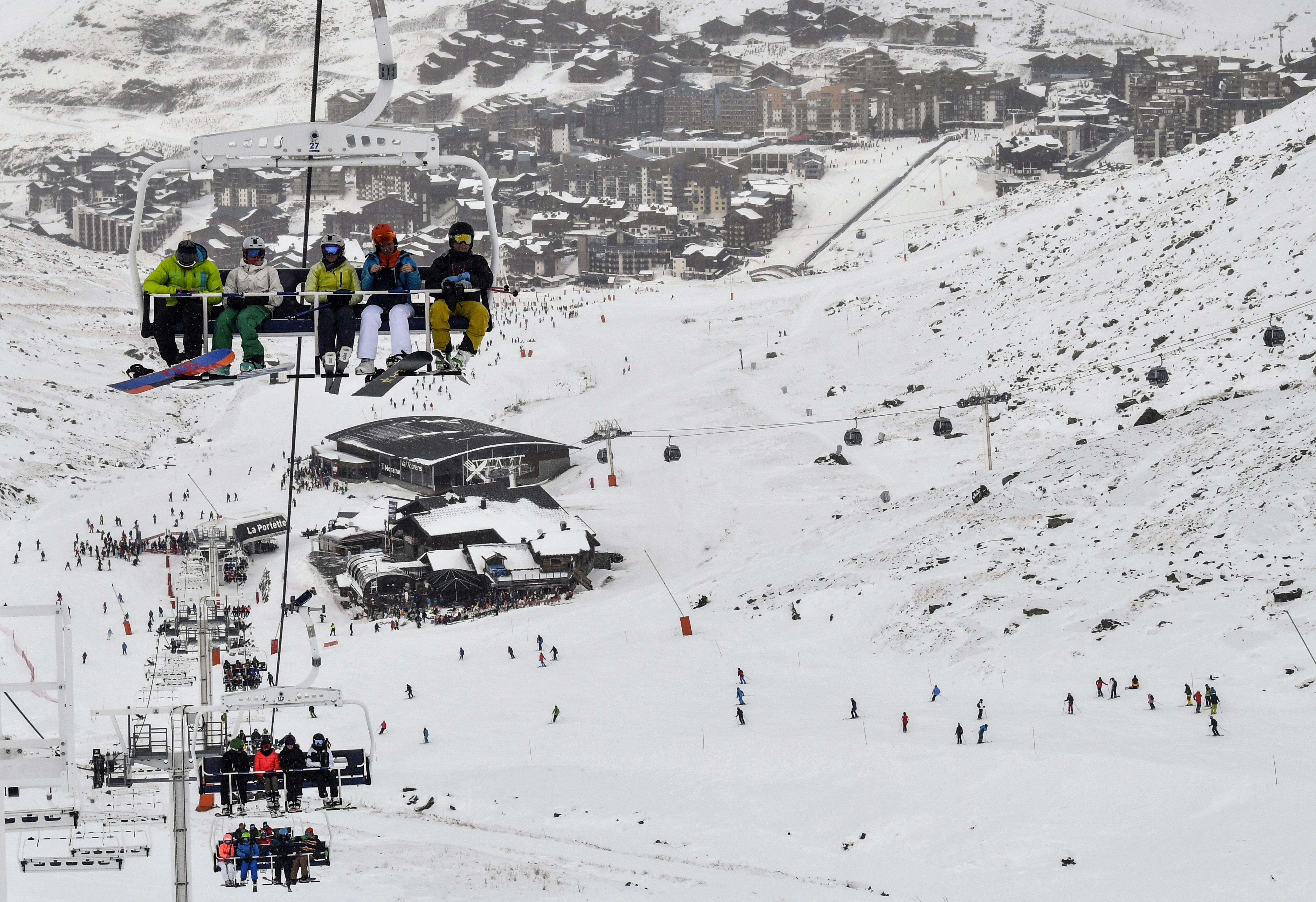 Een foto van mensen op wintersport in de skilift