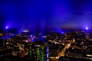 Een foto met een overzicht van Eindhoven in het blauwe licht