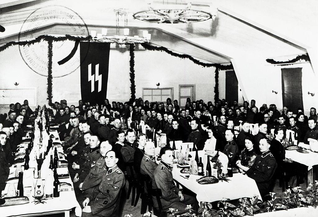 Een foto van een kerstviering in kamp Neuengamme van de SS-bewakers op 25 december 1943.