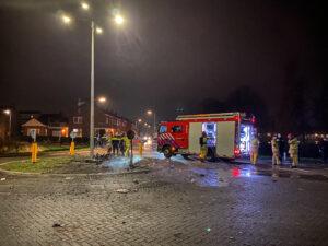 Een foto van een brandweerwagen tijdens de rellen op Urk