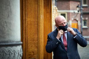 Een foto van minister Grapperhaus die een verbod op carbidschieten gaat bespreken