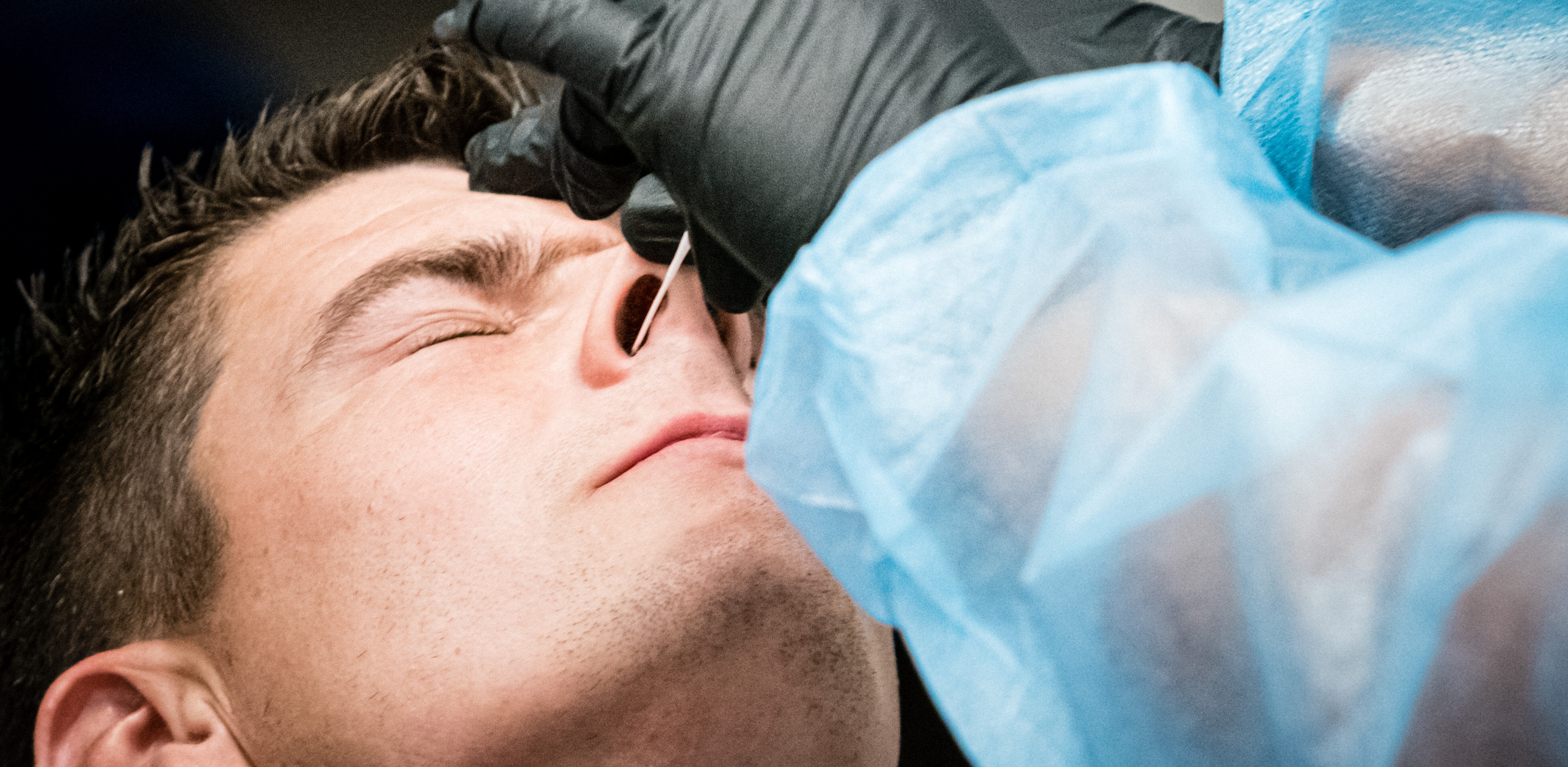 Een foto van een man die getest wordt op corona