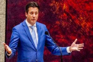 Een foto van VVD'er Veldman tijdens het debat over het coronavaccin