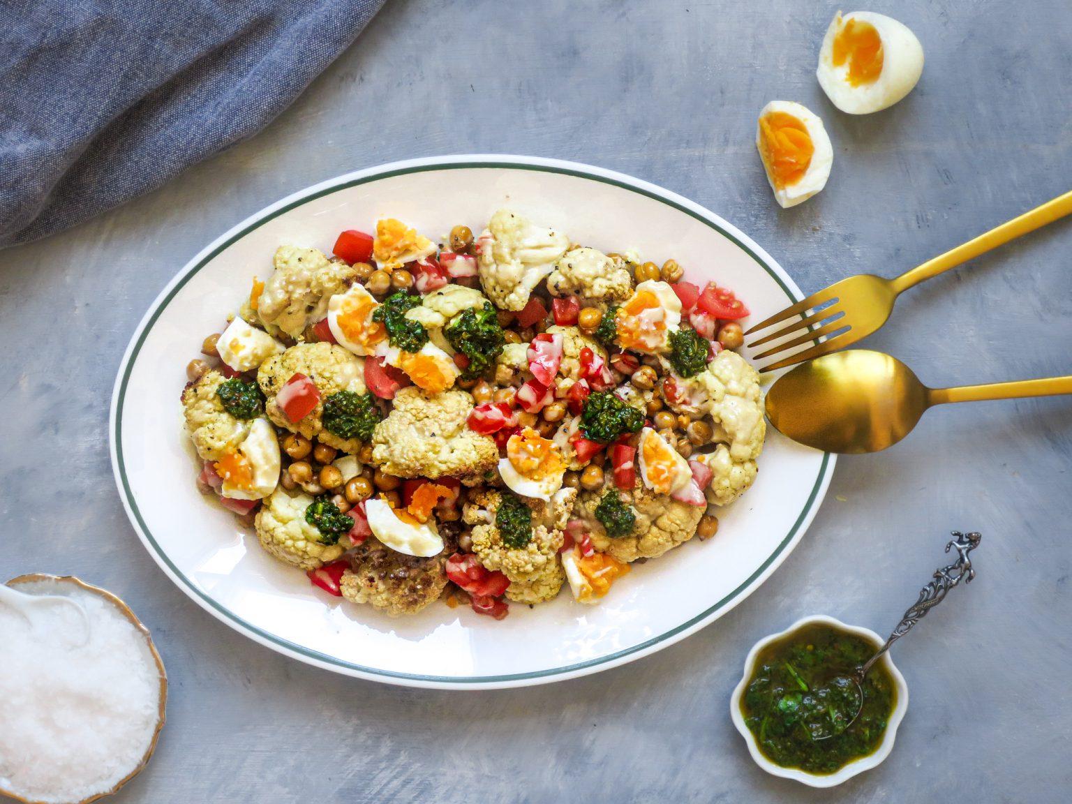 Salade met gegrilde bloemkool, kikkererwten, ei & groene harissa