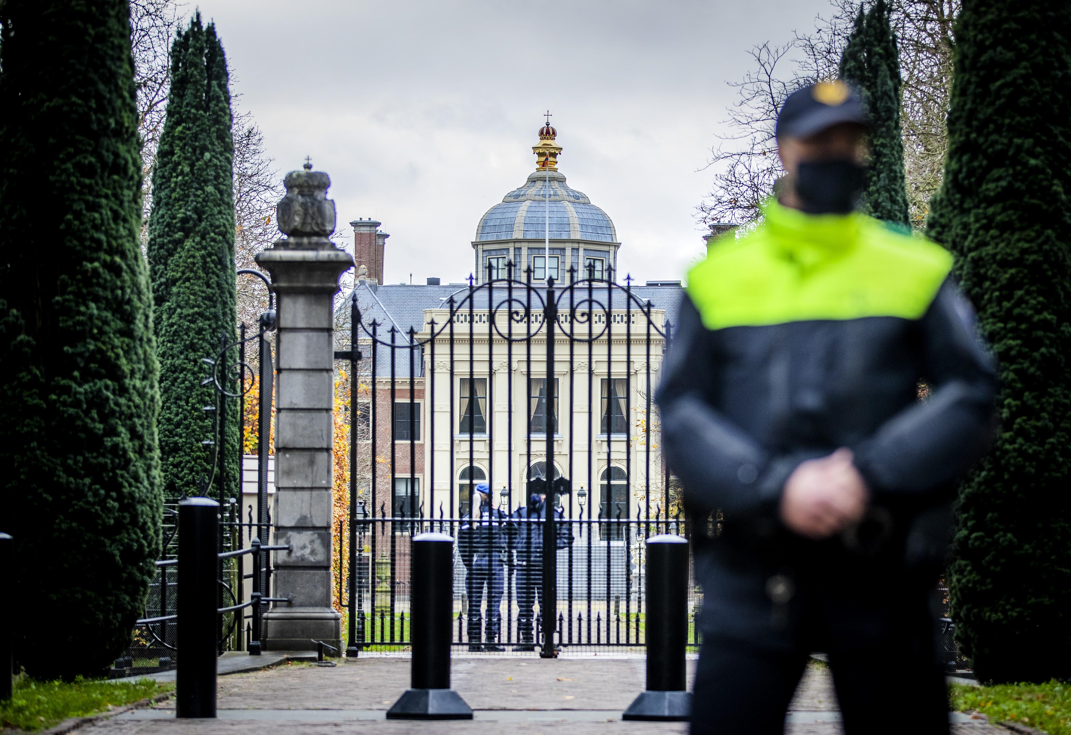Politiebeveiliging bij Huis ten Bosch.