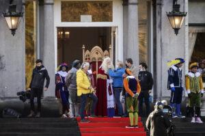 Een foto van de voorbereidingen op de opnames van de intocht van de Sint bij paleis Soestdijk