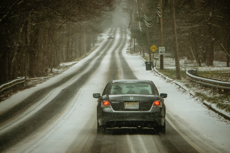 Een foto van een auto op de weg in winterse omstandigheden